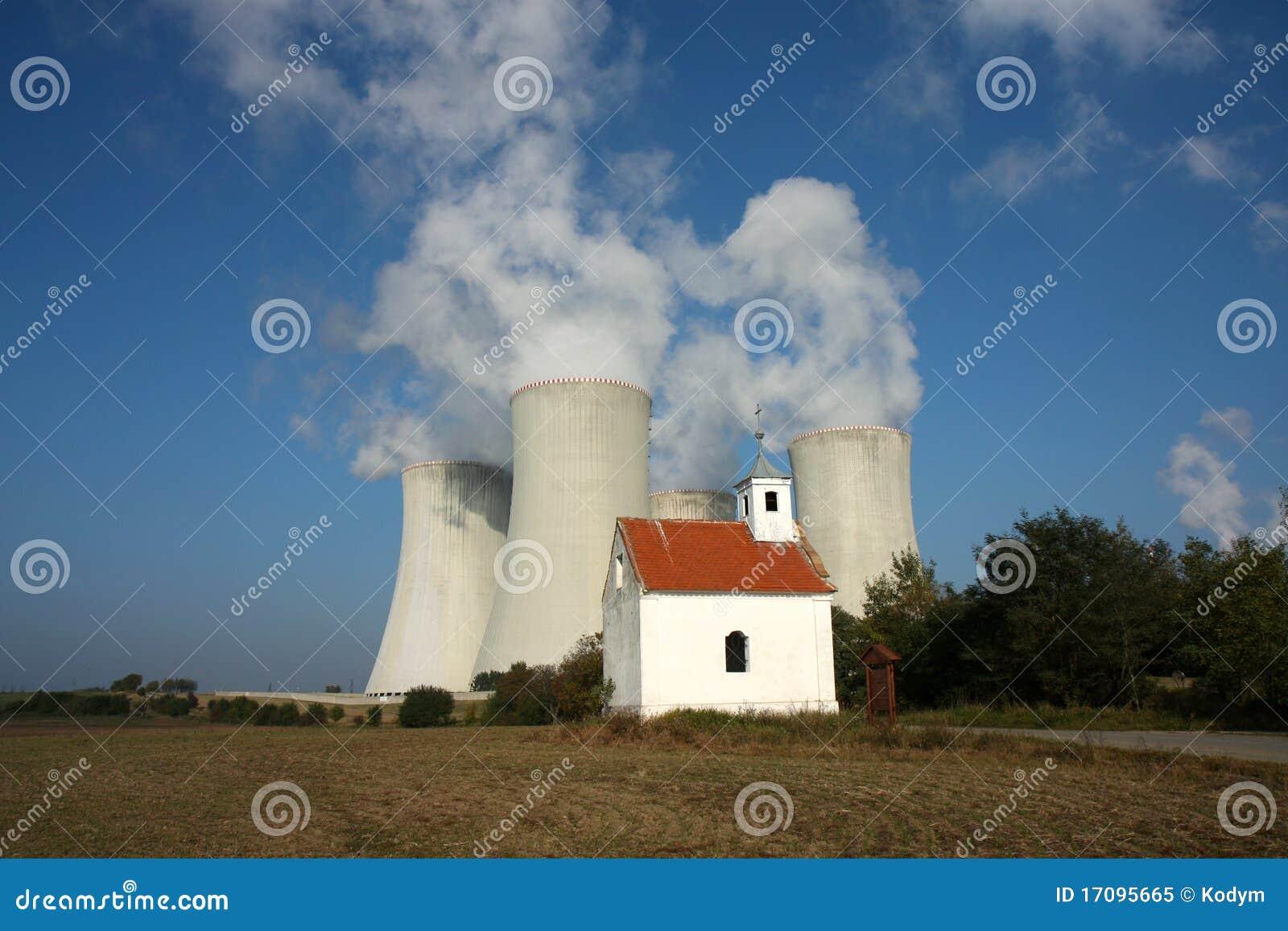 Vier Kühltürme Atomkraftwerk