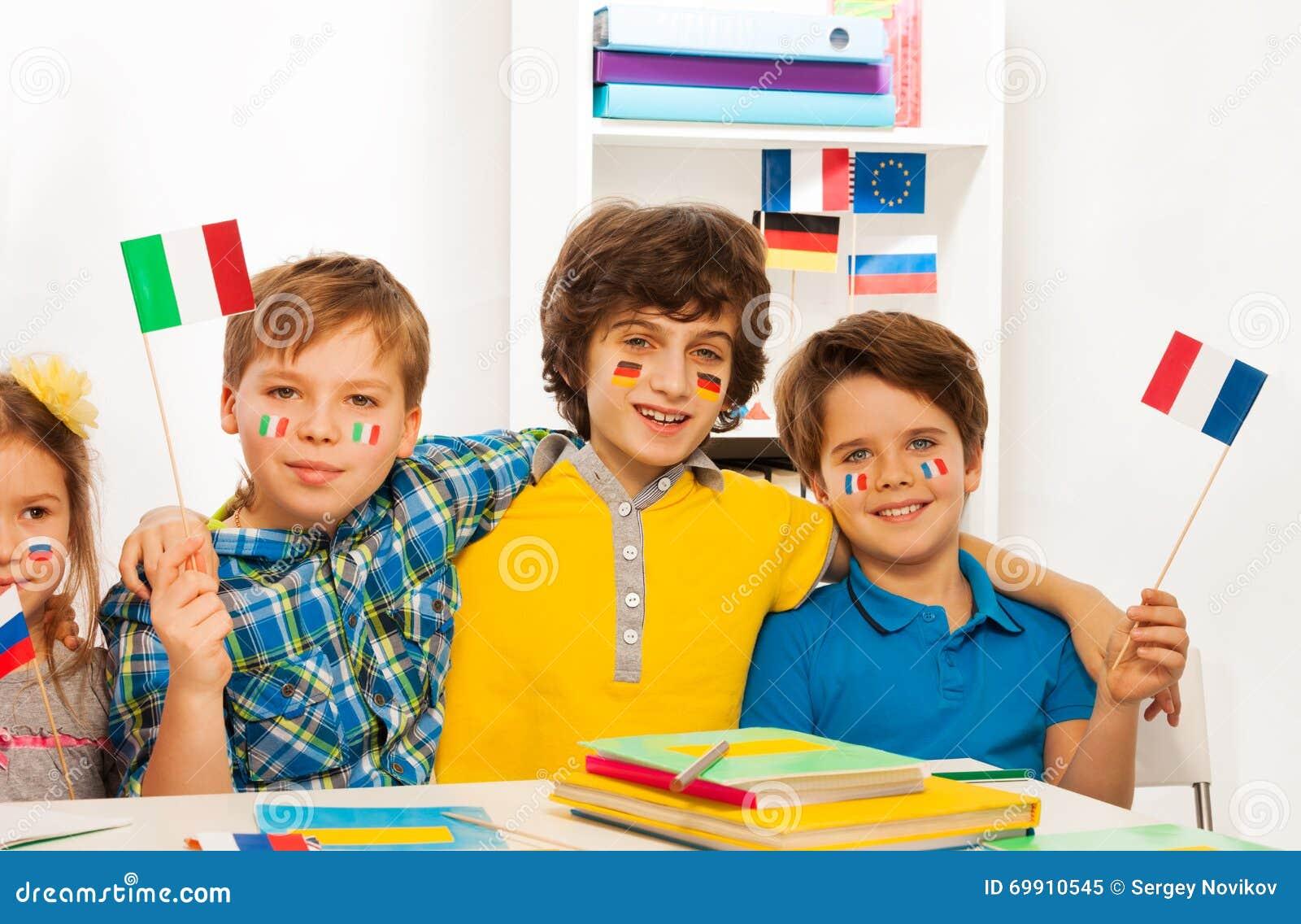 vier kinder mit fahnen auf den backen die flaggen