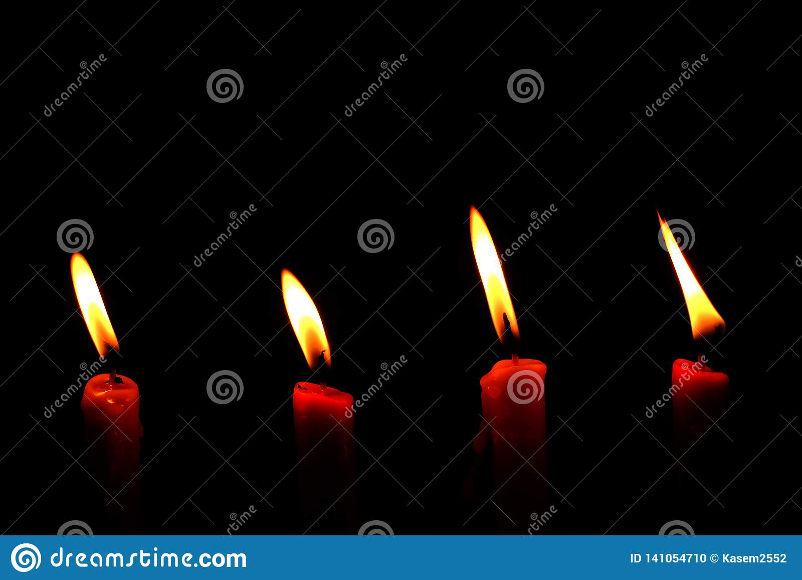 Vier lichte vlamkaars die helder branden