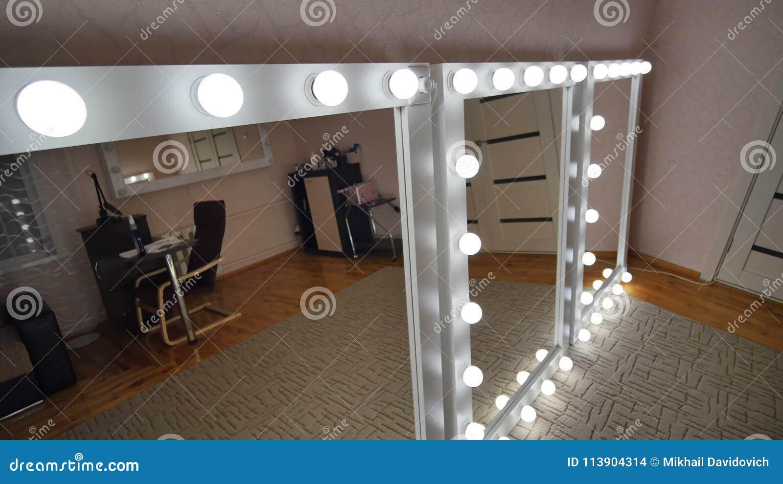 Spiegel Make Up : Vier make up spiegel stehen im raum und werden beleuchtet