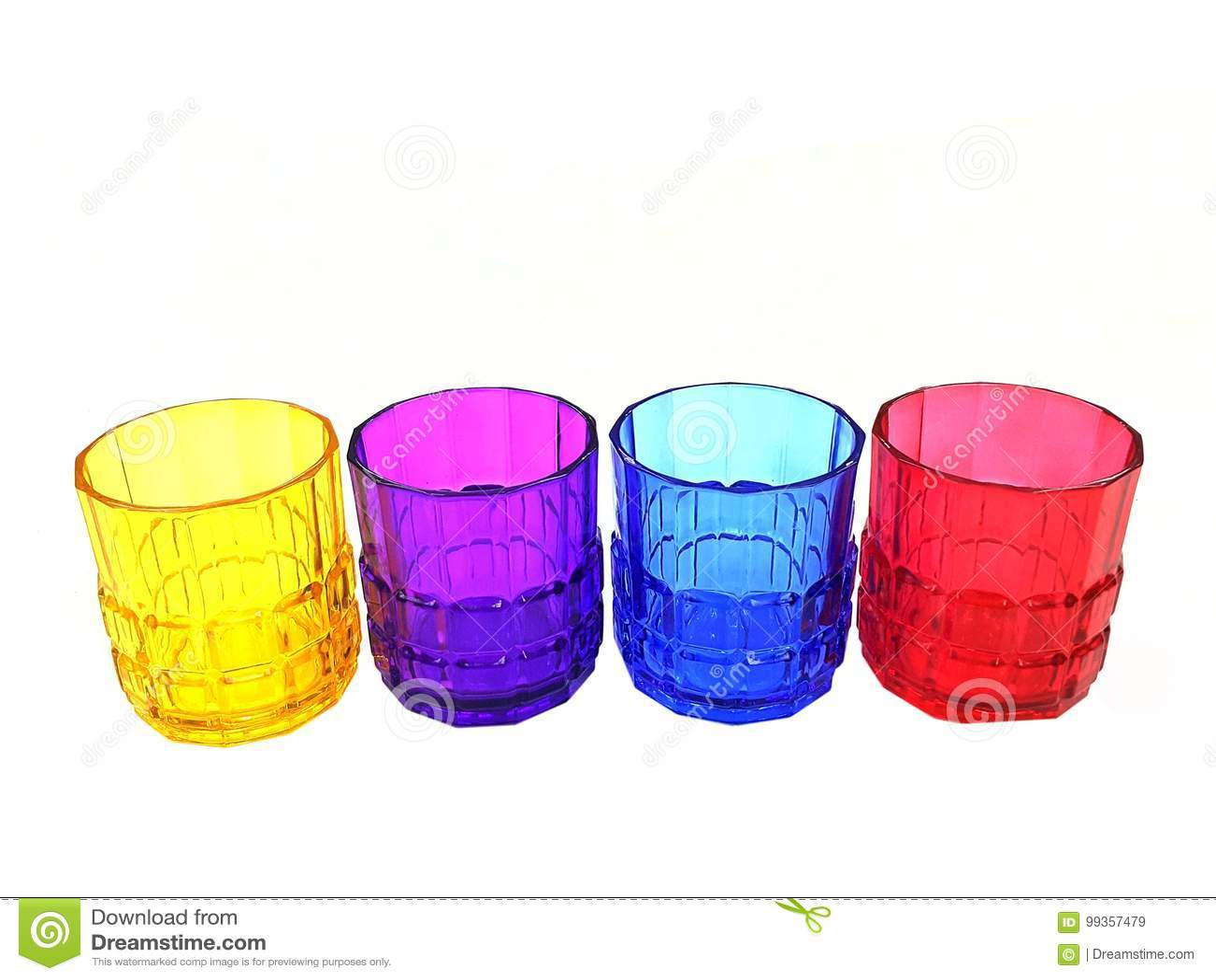 Vier multi-colored geïsoleerde glazen