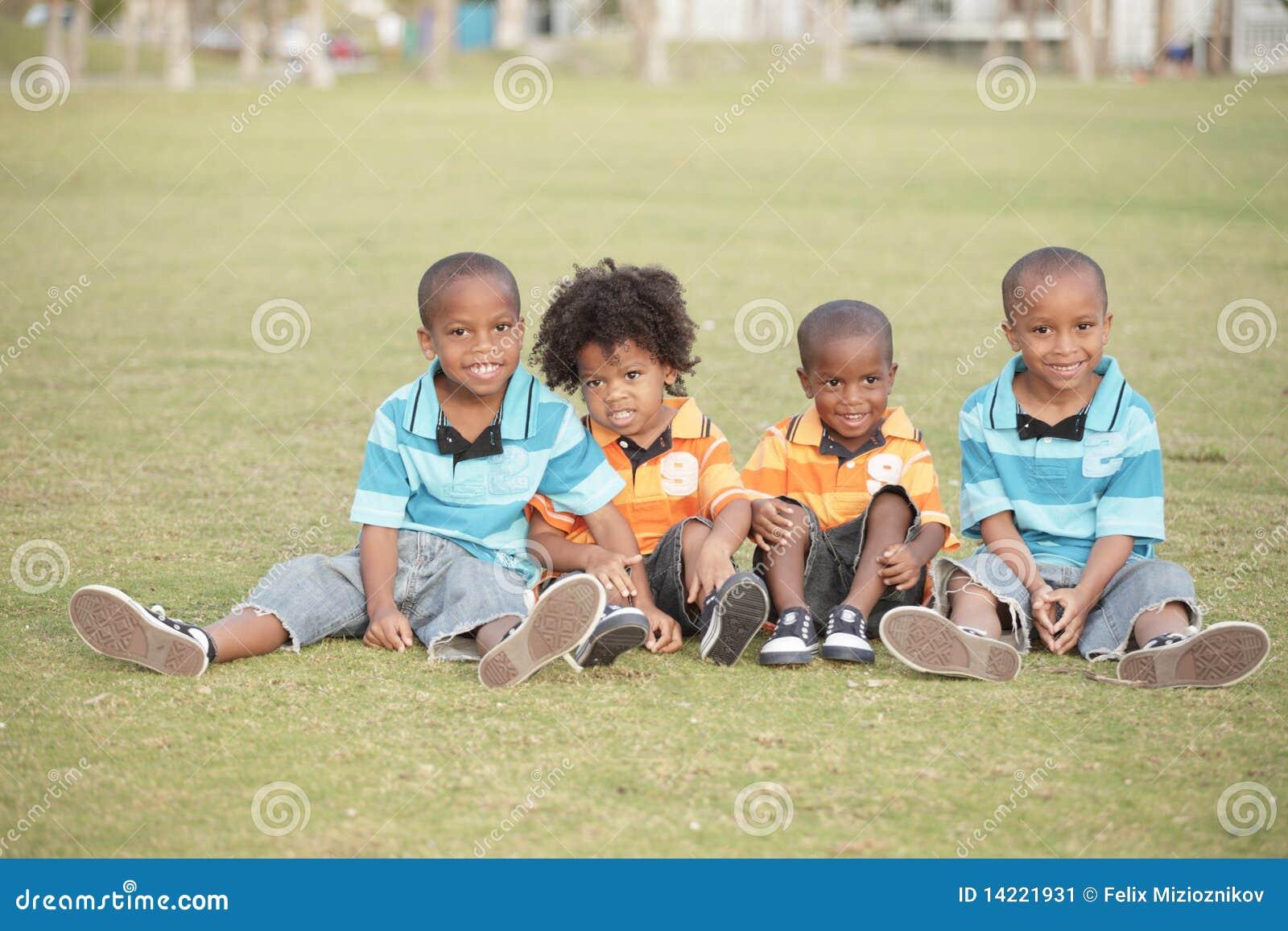 Vier nette Jungen im Park