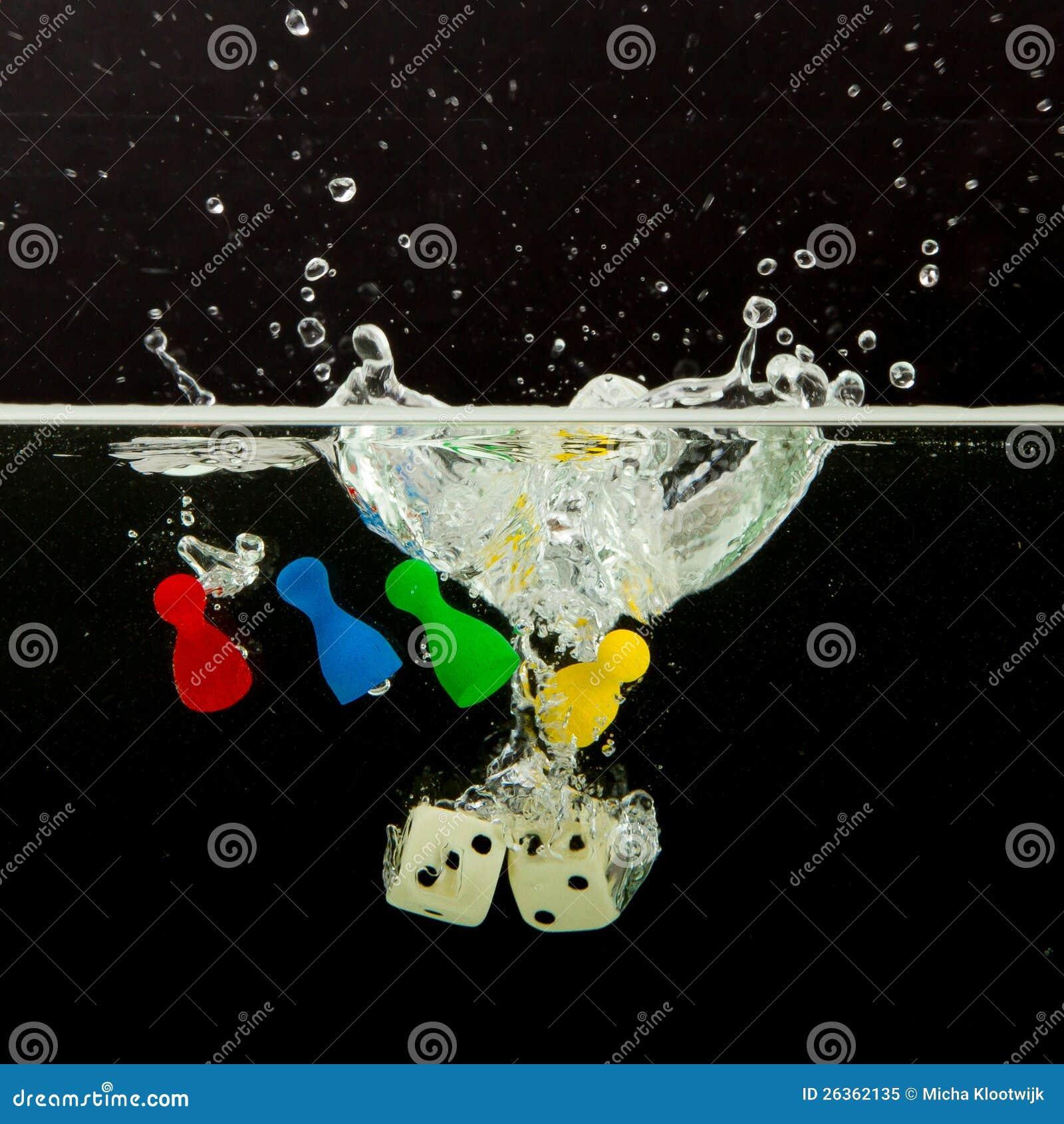 Vier Pions mit dem Spritzen des Wassers