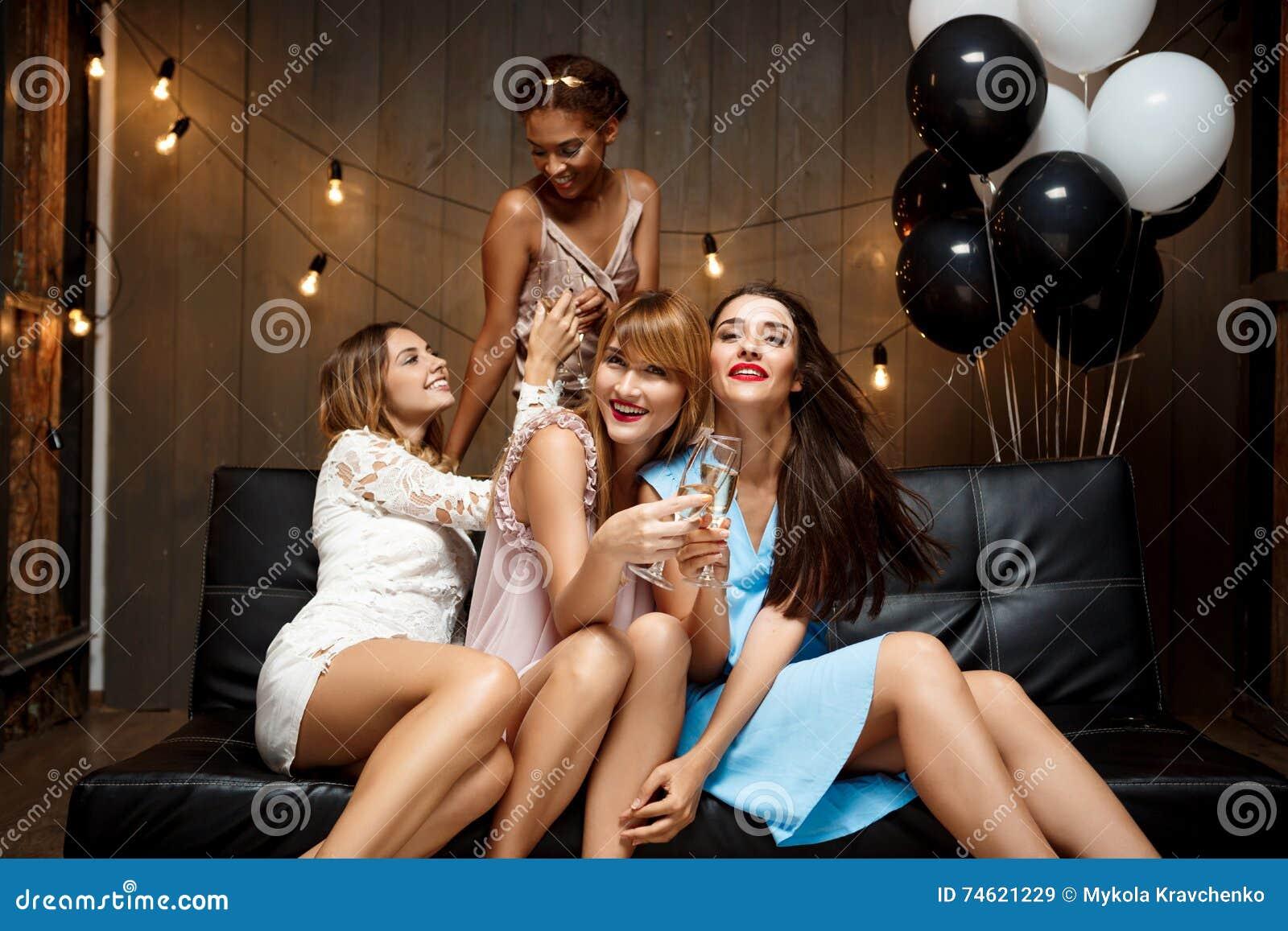 Vier Schöne Mädchen, Die An Der Partei Stillstehen Stockbild - Bild ...