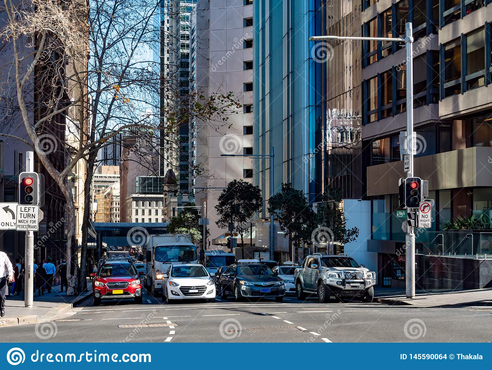 Vier stegen van auto s die bij verkeerslichten in Sydney van de binnenstad wachten