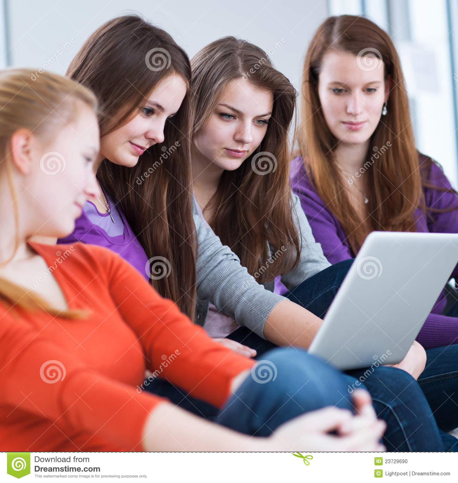 Vier weibliche Studenten, die einen Laptop verwenden