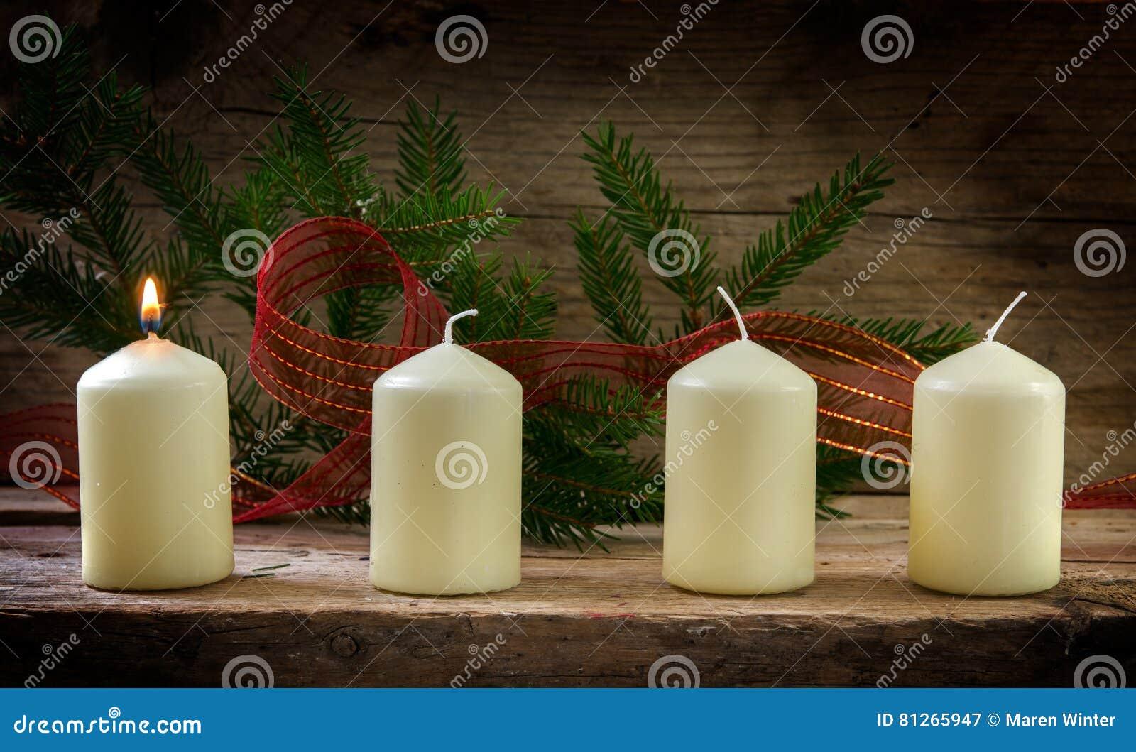 Vier witte kaarsen, één die op eerste komst verfraaide wi branden