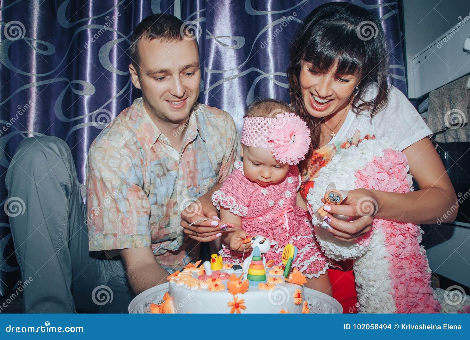 Vieren de de de familie bestaande vader, moeder en dochter verjaardag van éénjarig meisje