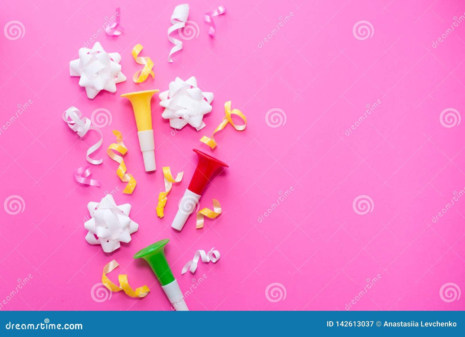 Viering, partij achtergrondconceptenideeën met kleurrijke confettien, wimpels op wit Vlak leg ontwerp De ruimte van het exemplaar