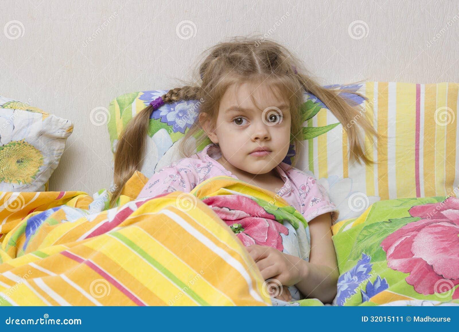 vierj hriges m dchen mit den z pfen die im bett unter der. Black Bedroom Furniture Sets. Home Design Ideas