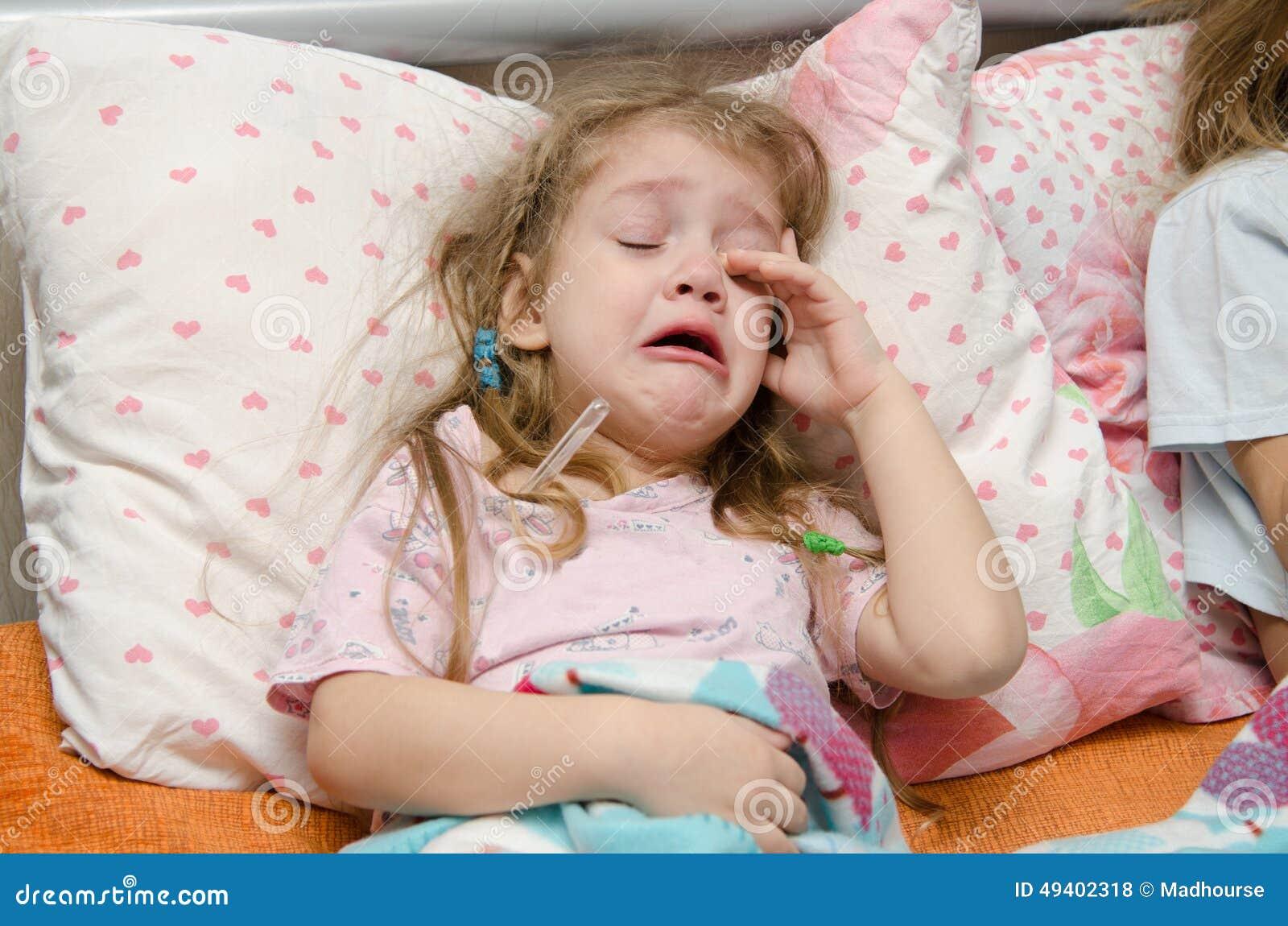 Download Vierjährliches Mädchen Brüllt Von Einer Großen Temperatur Stockfoto - Bild von krankheit, drei: 49402318