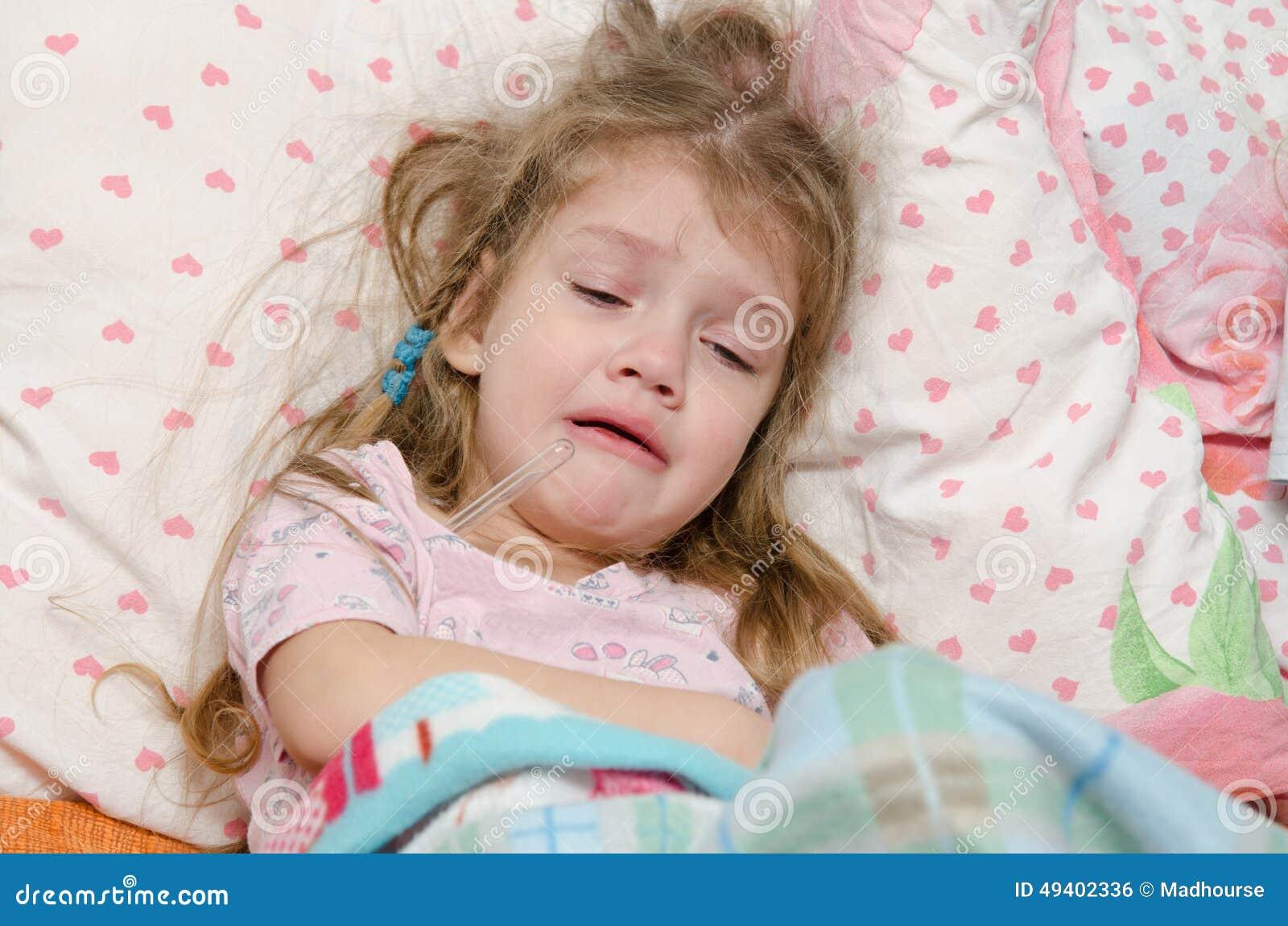 Download Vierjährliches Mädchen Schreit Von Der Großen Temperatur Stockfoto - Bild von kindheit, hitze: 49402336
