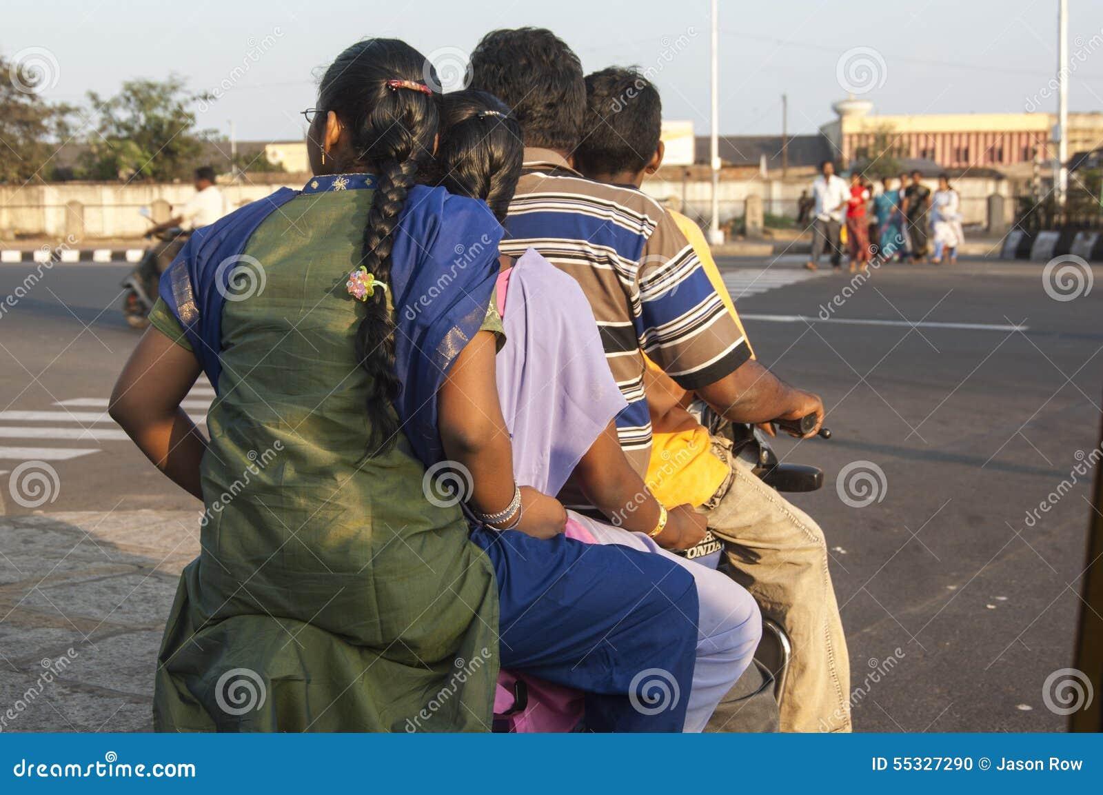 Vierköpfige Familie auf einer Trübsal geblasen in Chennai Indien