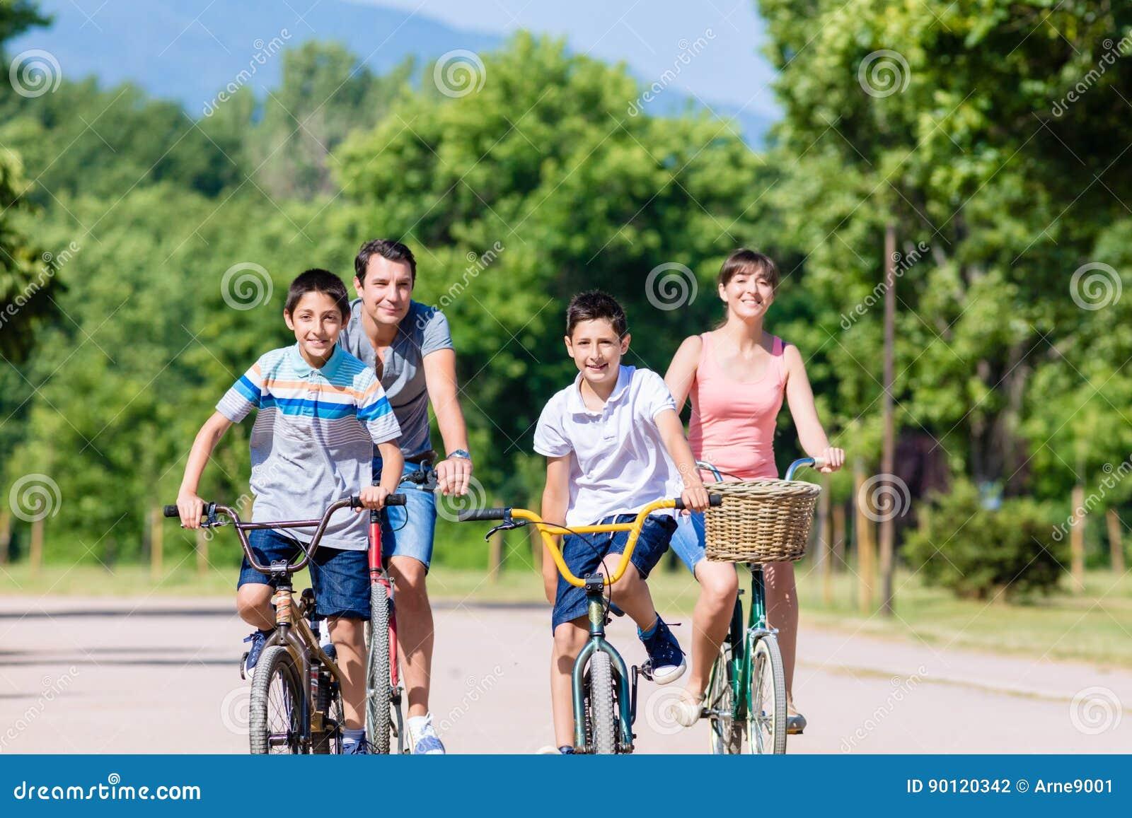 Vierköpfige Familie auf Fahrradreise im Sommer