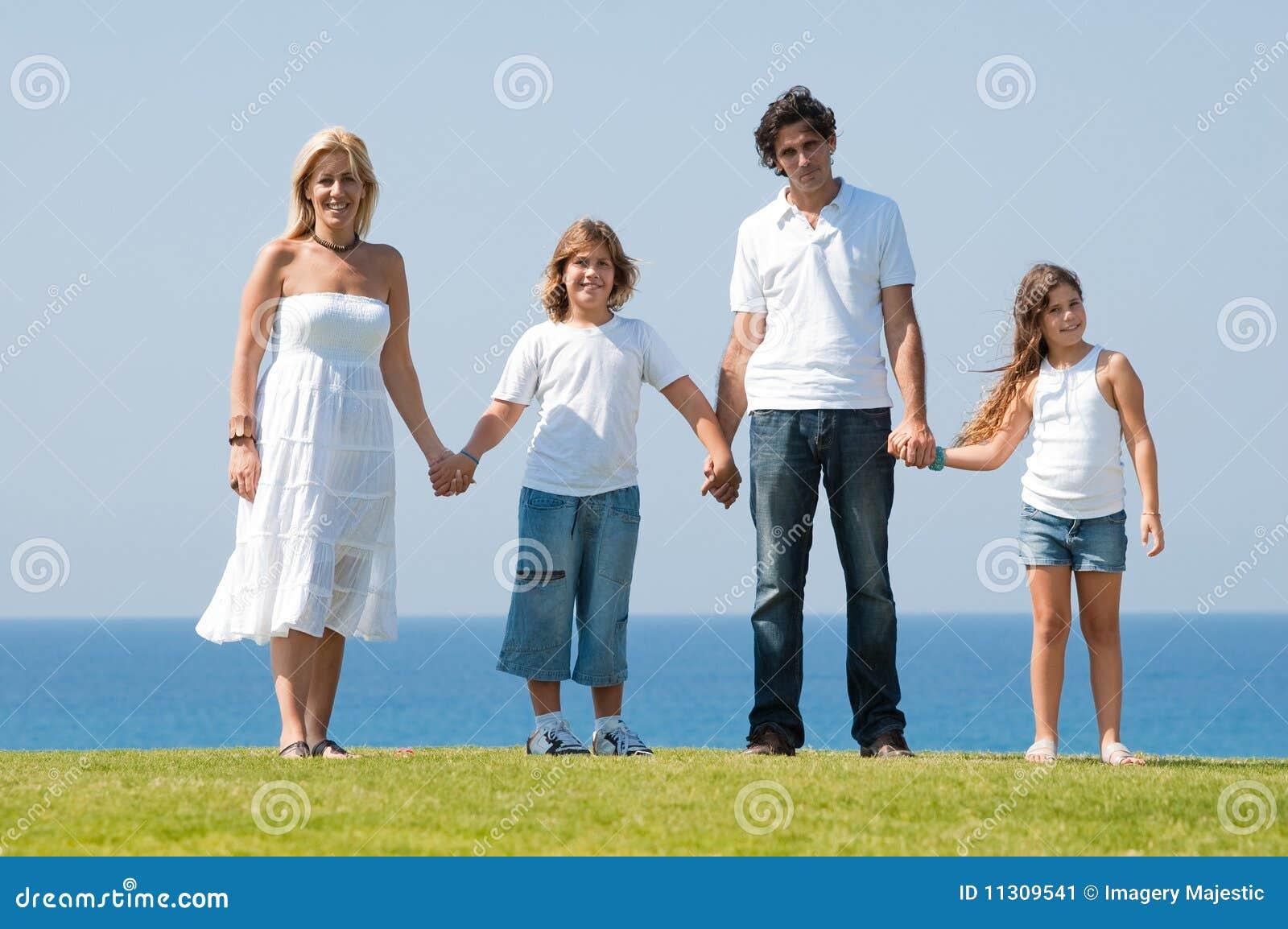 Vierköpfige Familie, die Hände anhält