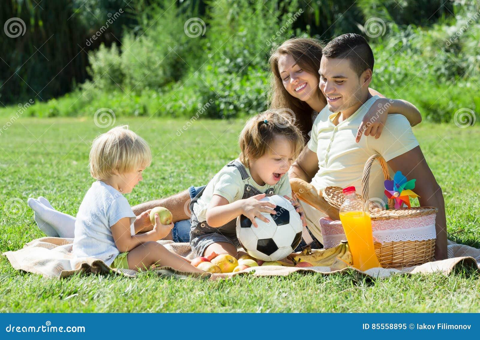 Vierköpfige Familie, die Picknick hat
