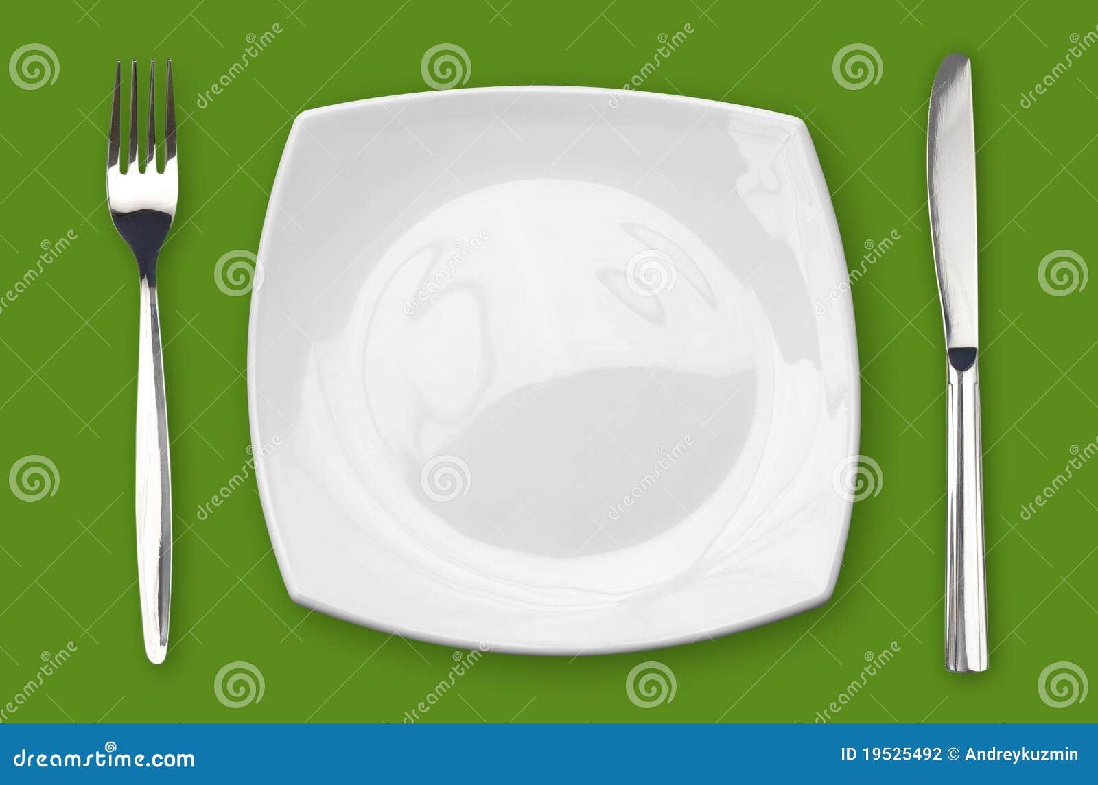 Vierkant leeg plaatvork en mes op groene lijst
