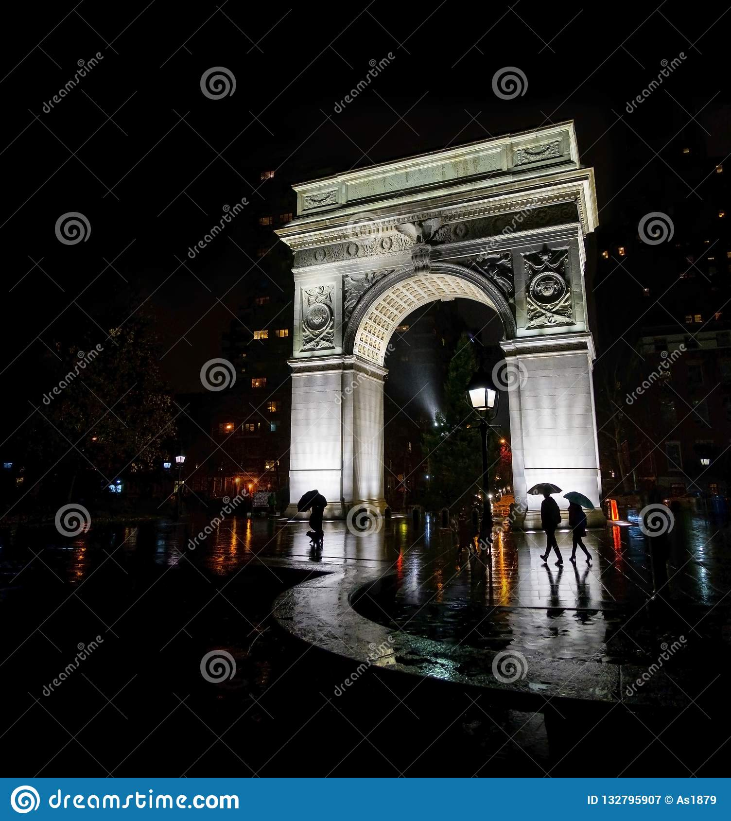 Vierkante het parkboog New York van Washington bij nacht in de regen