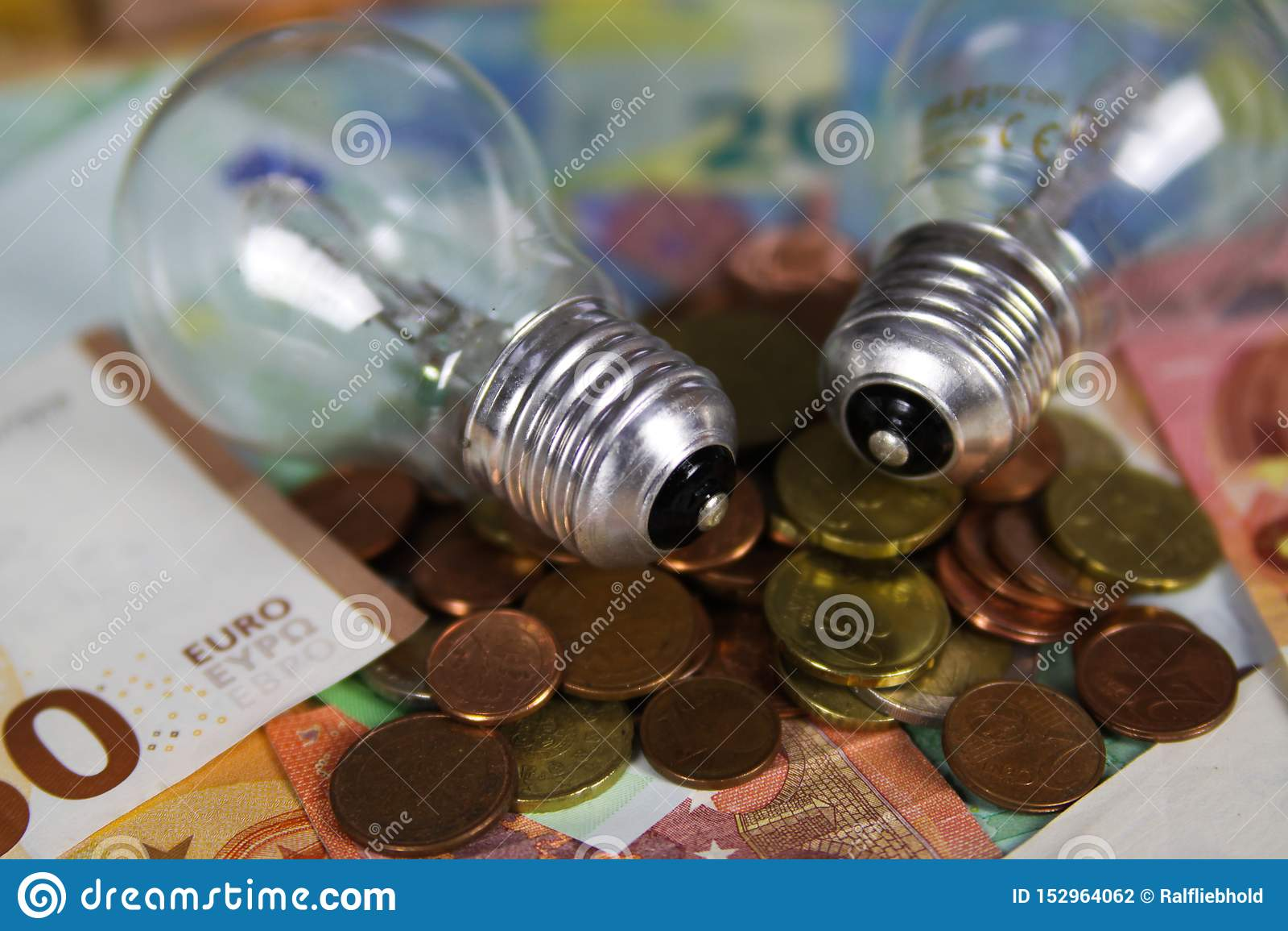VIERSEN, ALEMANIA - 20 DE MAYO 2019: Concepto del coste de la fuente de alimentación - bulbos de la luz eléctrica en billetes de