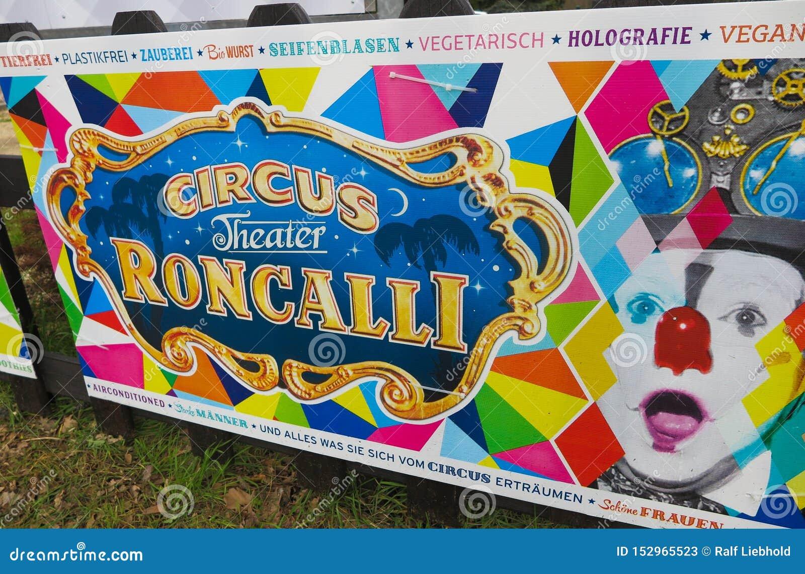 VIERSEN NIEMCY, MARZEC, - 27 2019: Kolorowy sztandar ogłasza pojawienie cyrkowy Roncalli