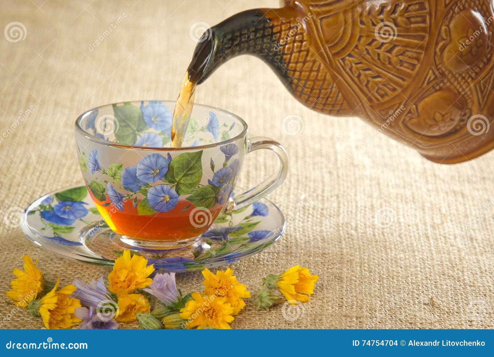 Vierta el té en una taza de la caldera
