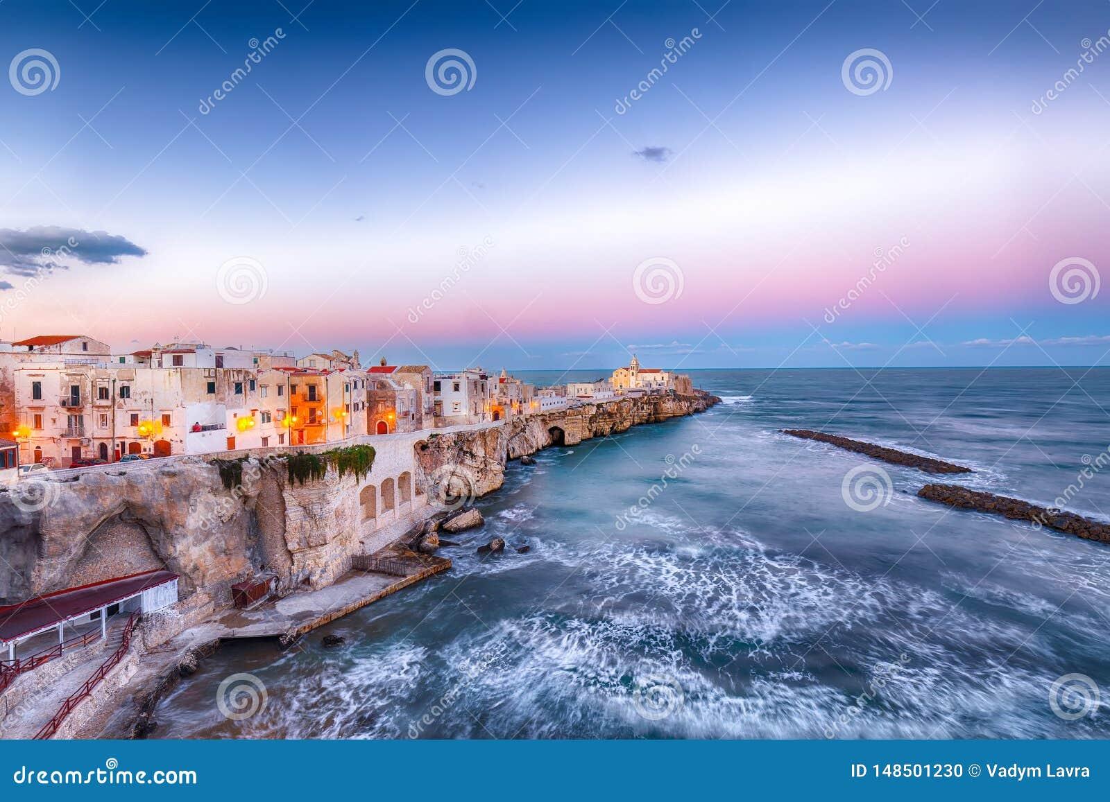 Vieste - bella città costiera sulle rocce in Puglia