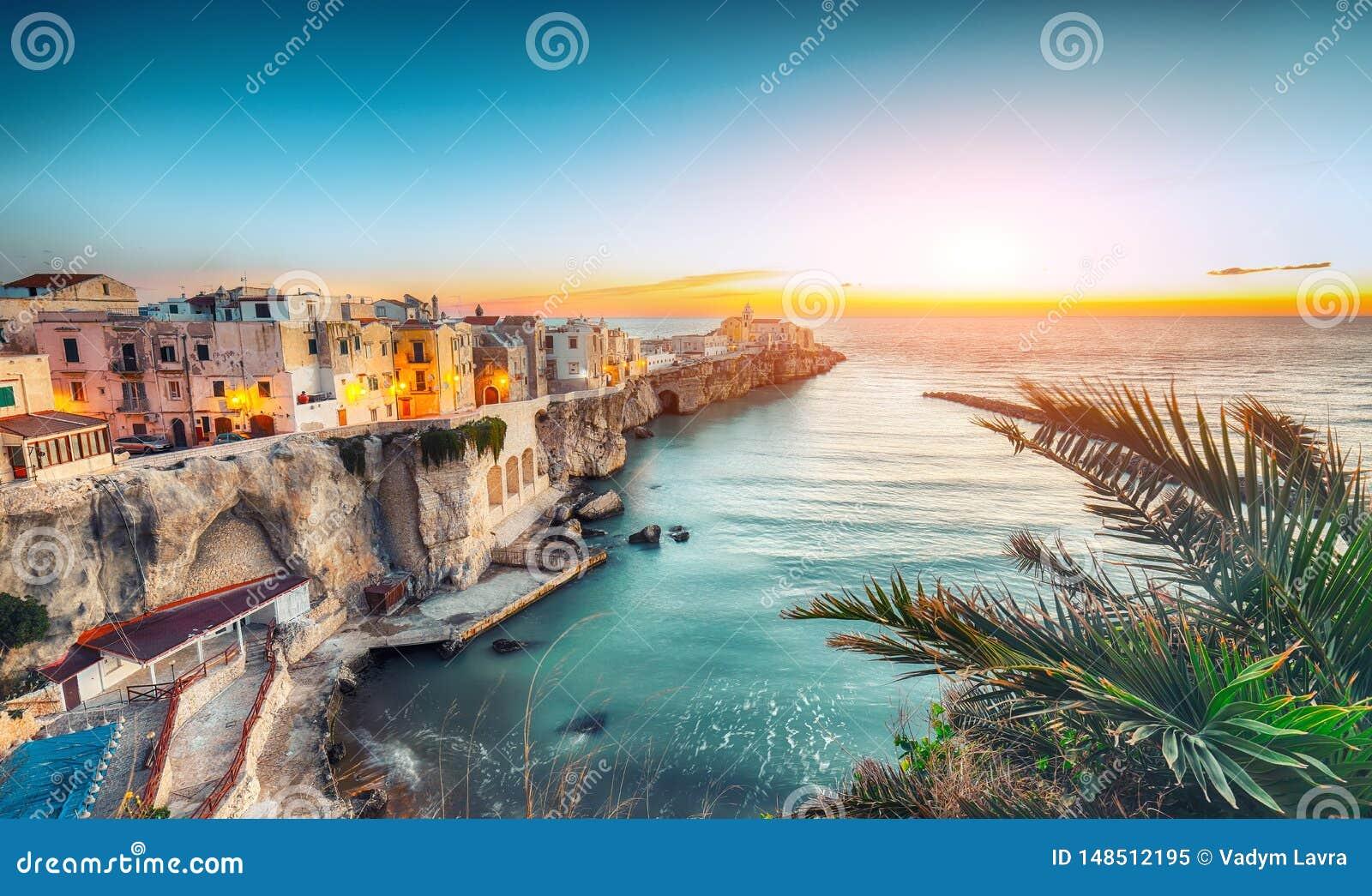 Vieste - bella citt? costiera sulle rocce in Puglia