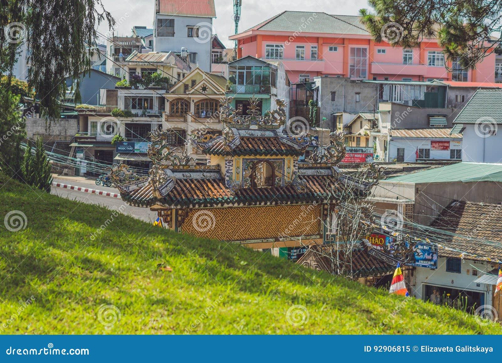 Vietnam Dalat - Maj 9, 2017: Linh Son Pagoda i Da-Lat, Vietnam Gränsmärke för Dalat ` s, buddistisk tempel
