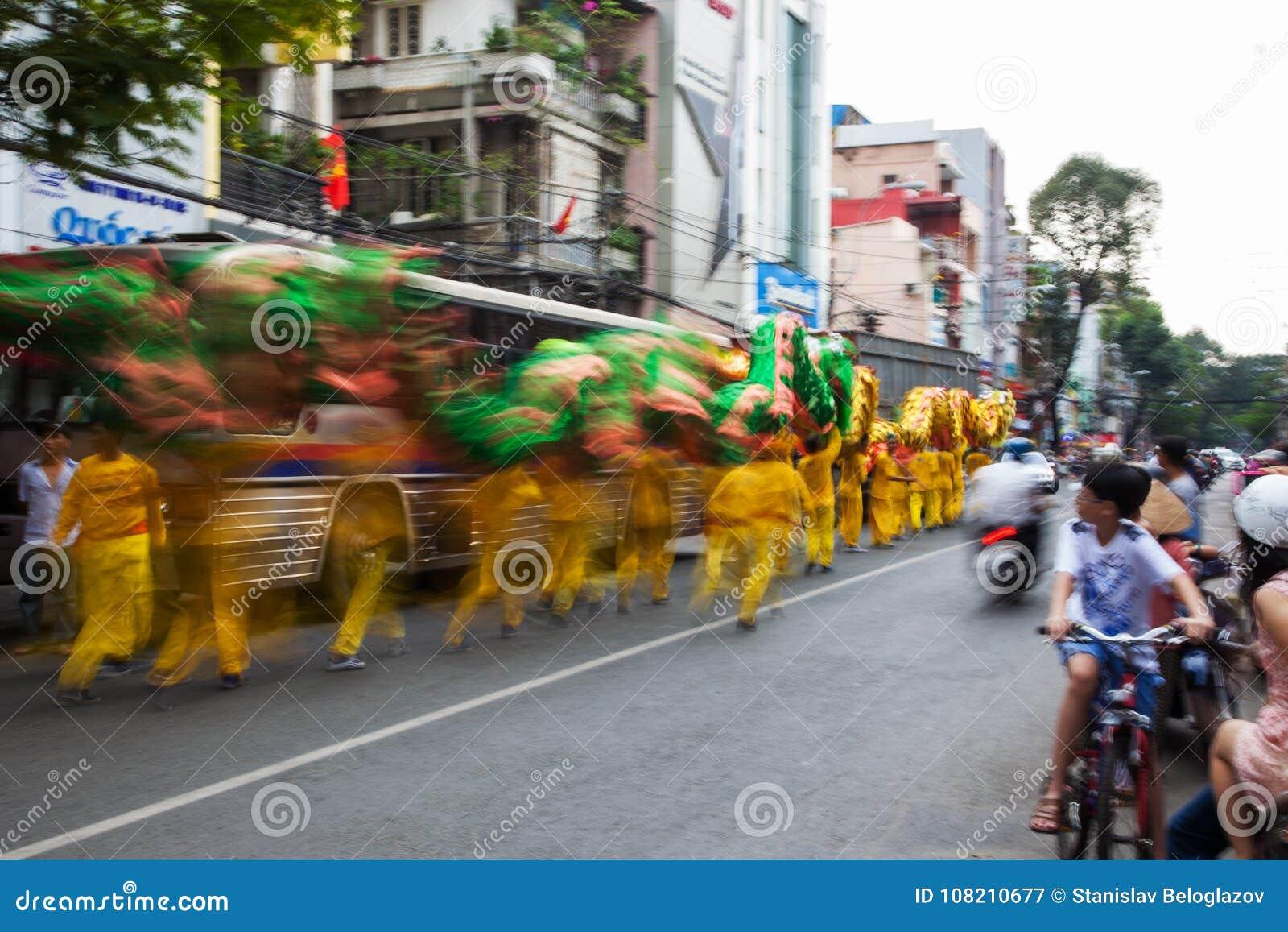 Vietnam - Januari 22, 2012: Dragon Dance Artists tijdens de viering van het Vietnamese Nieuwjaar