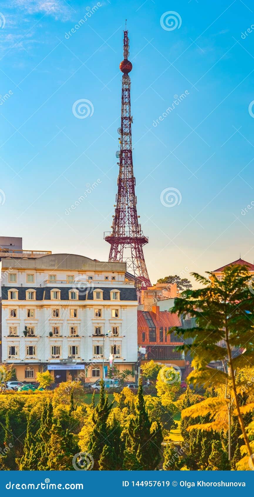 Vietnam liten cityscape f?r Paris Da Lat H?rlig sikt av Dalat, Vietnam Det ?r det mest h?gv?xt frist?ende gallret st?ls?tter kons