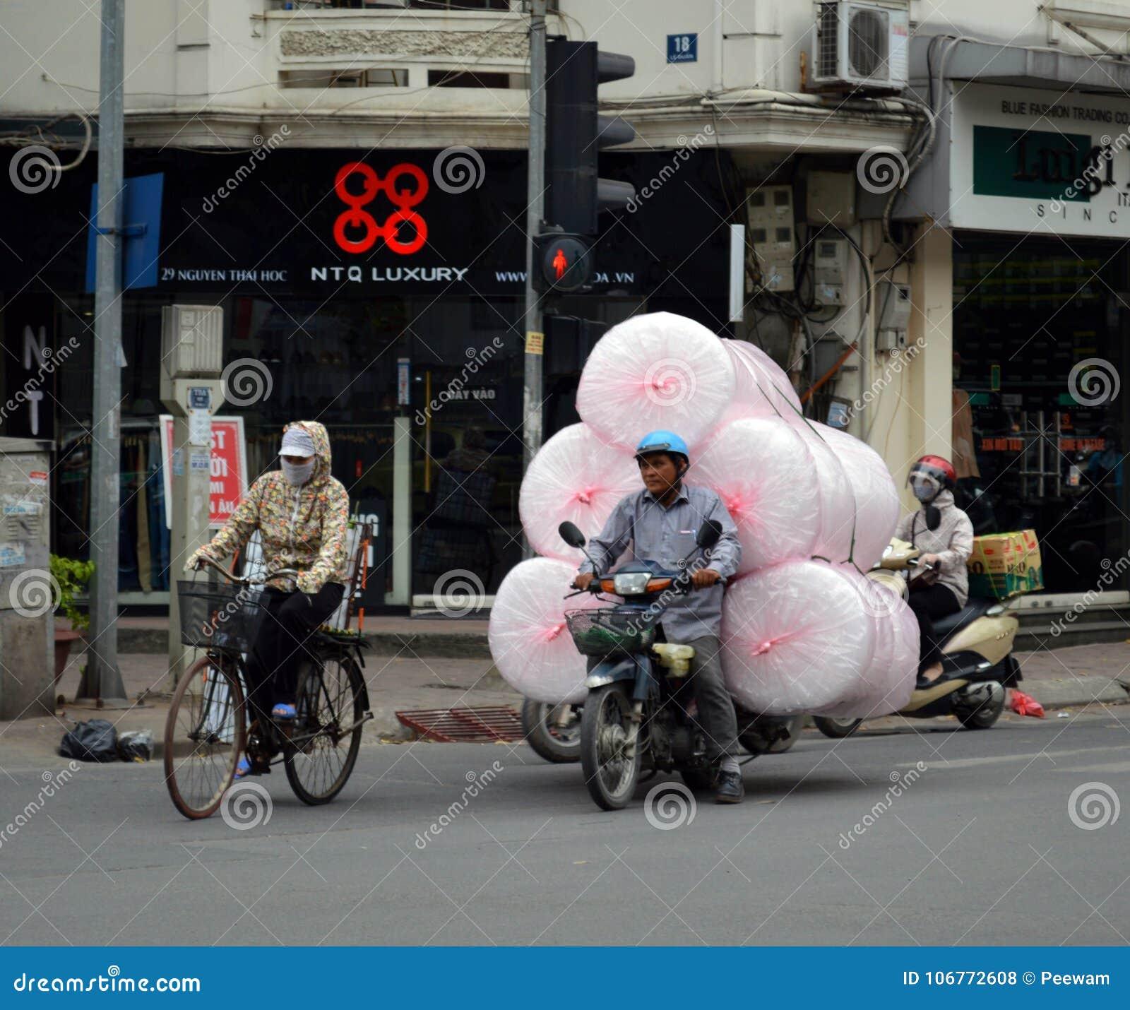 Vietname - Hanoi - cena típica da rua da carga do invólucro com bolhas de ar do quarto francês!