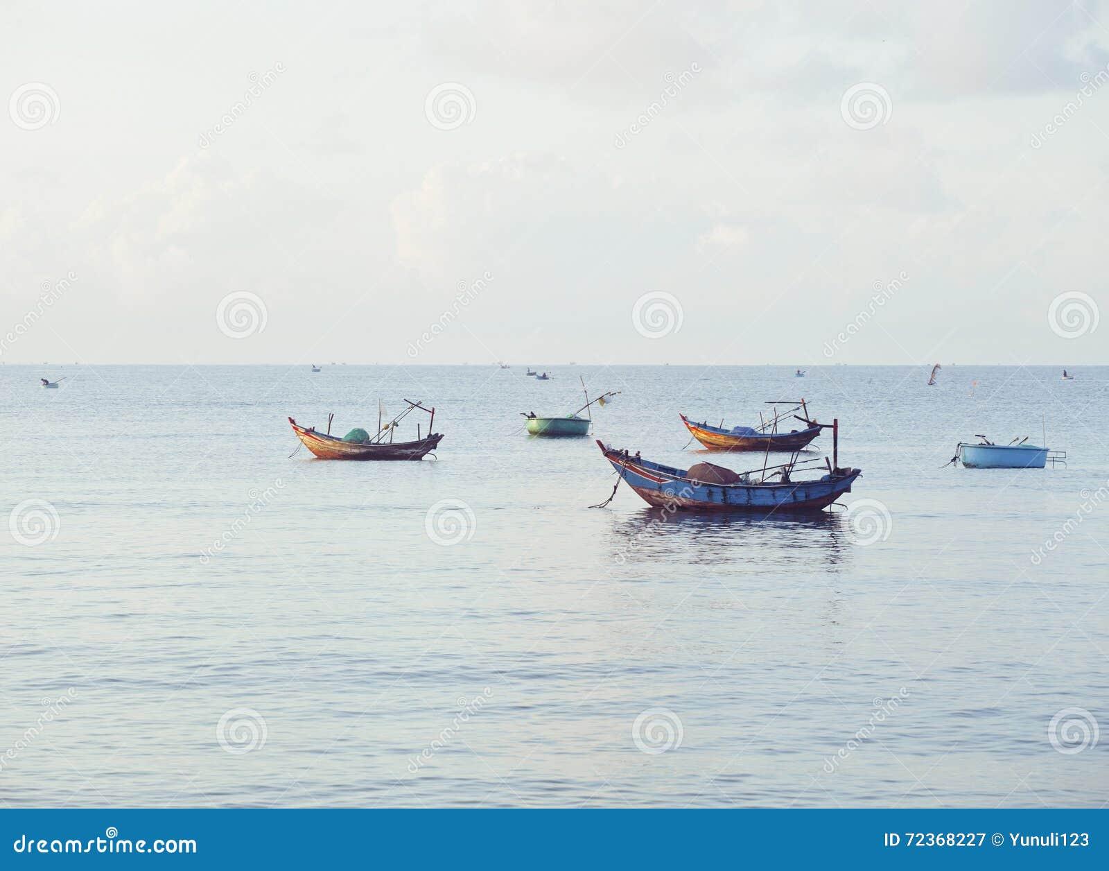 Vietnameese全国小船在日出的海