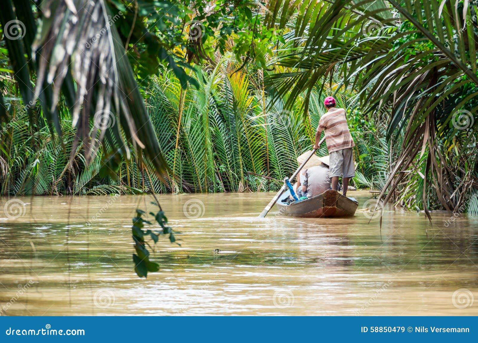 Vietnamese boatman in de Mekong Delta