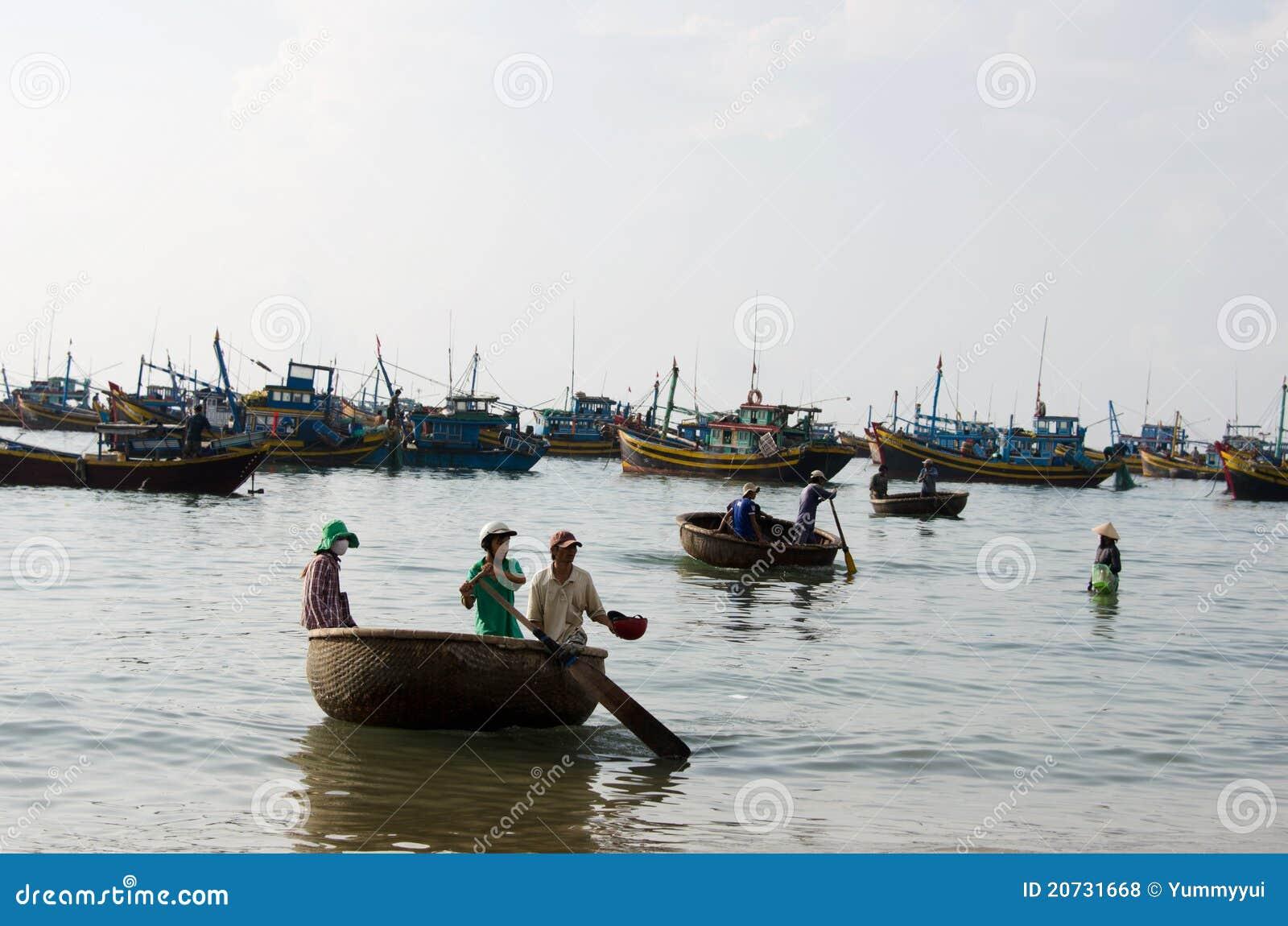 Vietnamese com barco da cesta