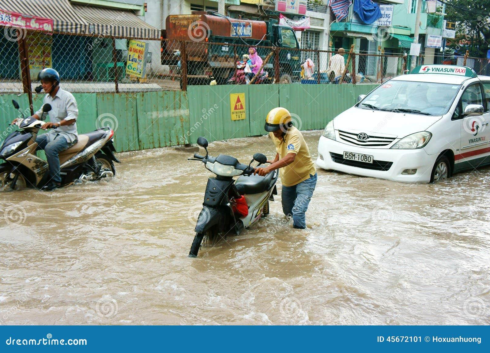 Vietnamese mensen, overstroomde waterstraat