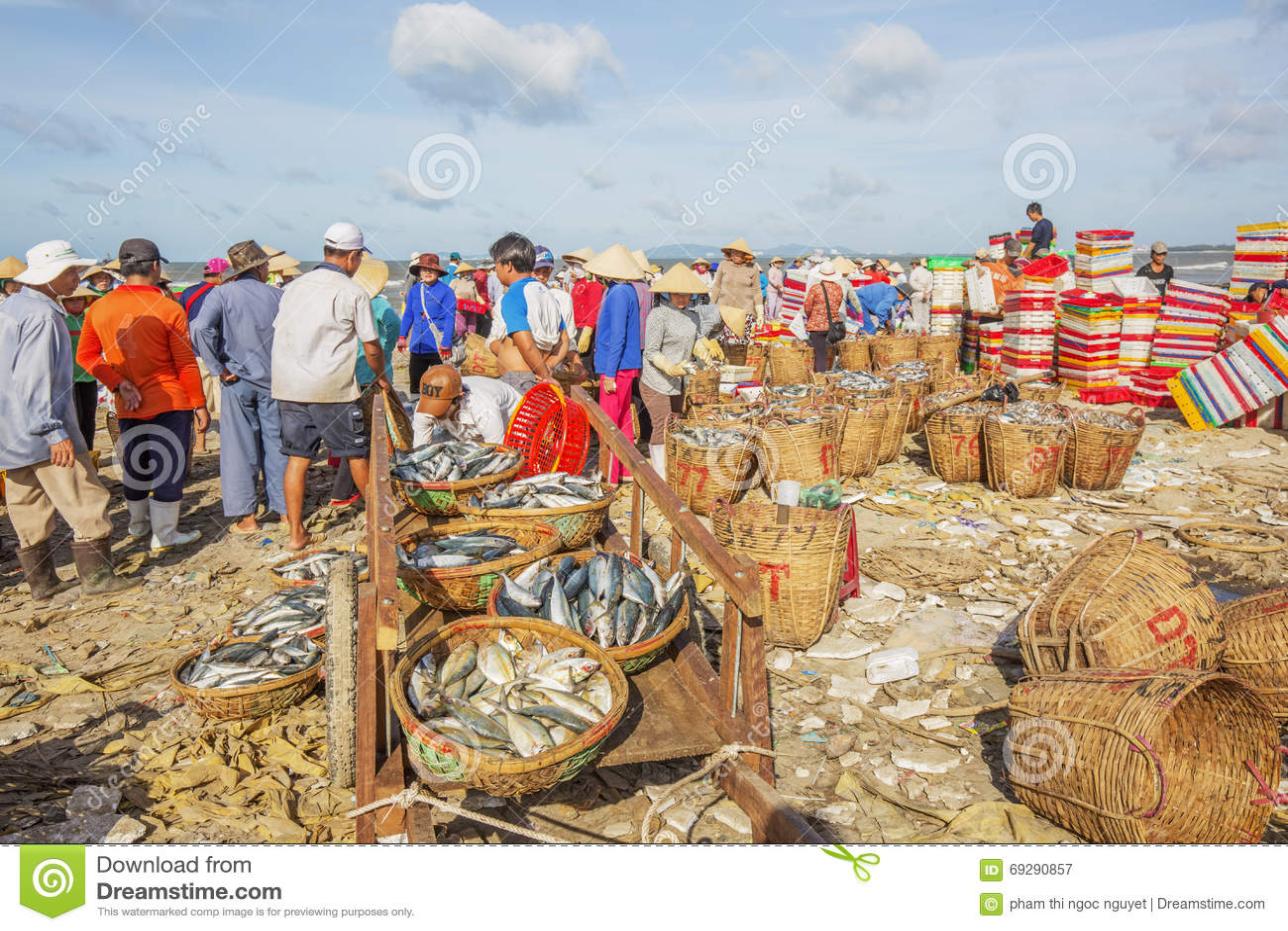 Vietnamese people at long hai fish market editorial for Long beach fish market
