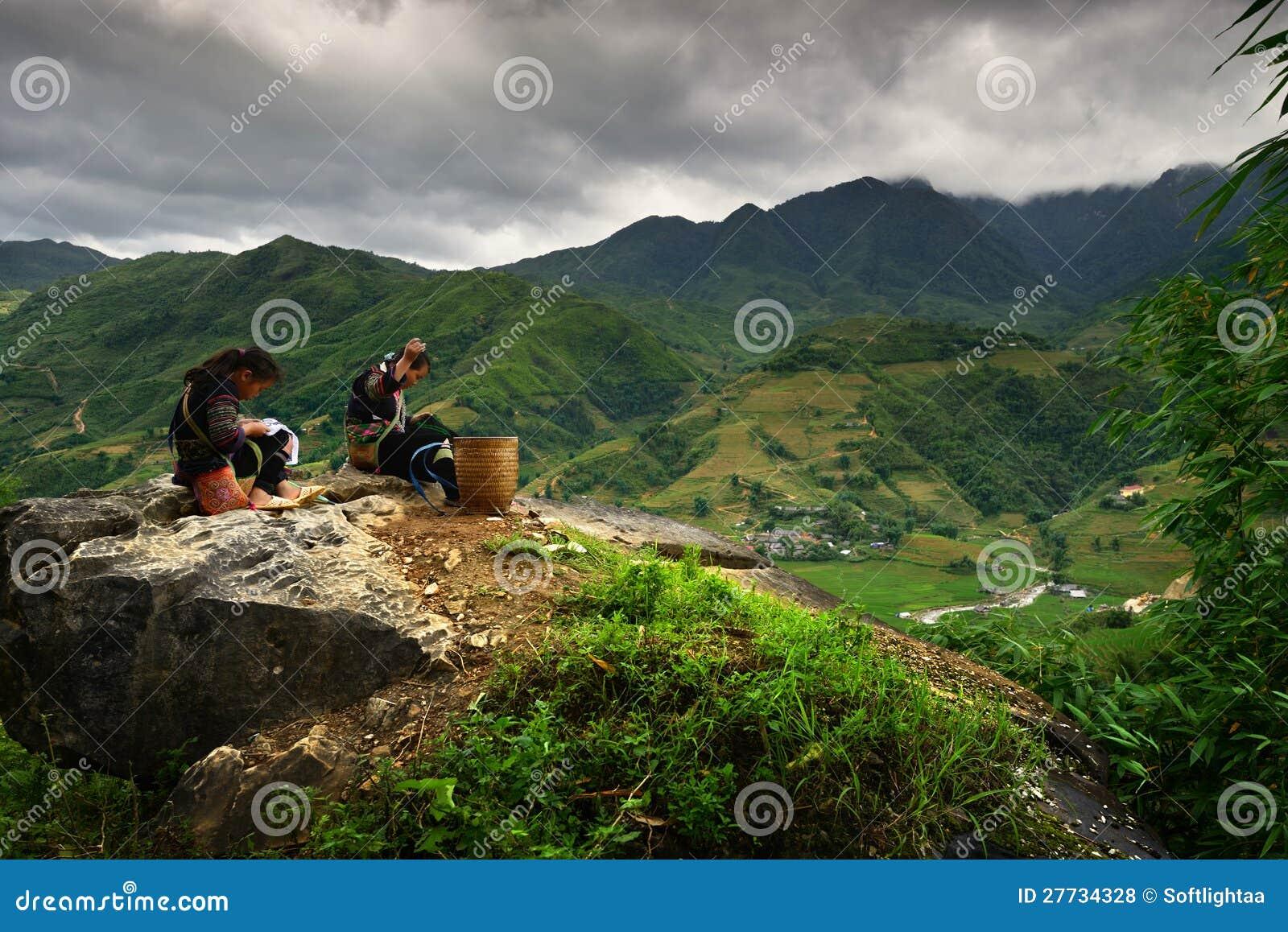 Vietnamesische Mädchen im traditionellen Kleid