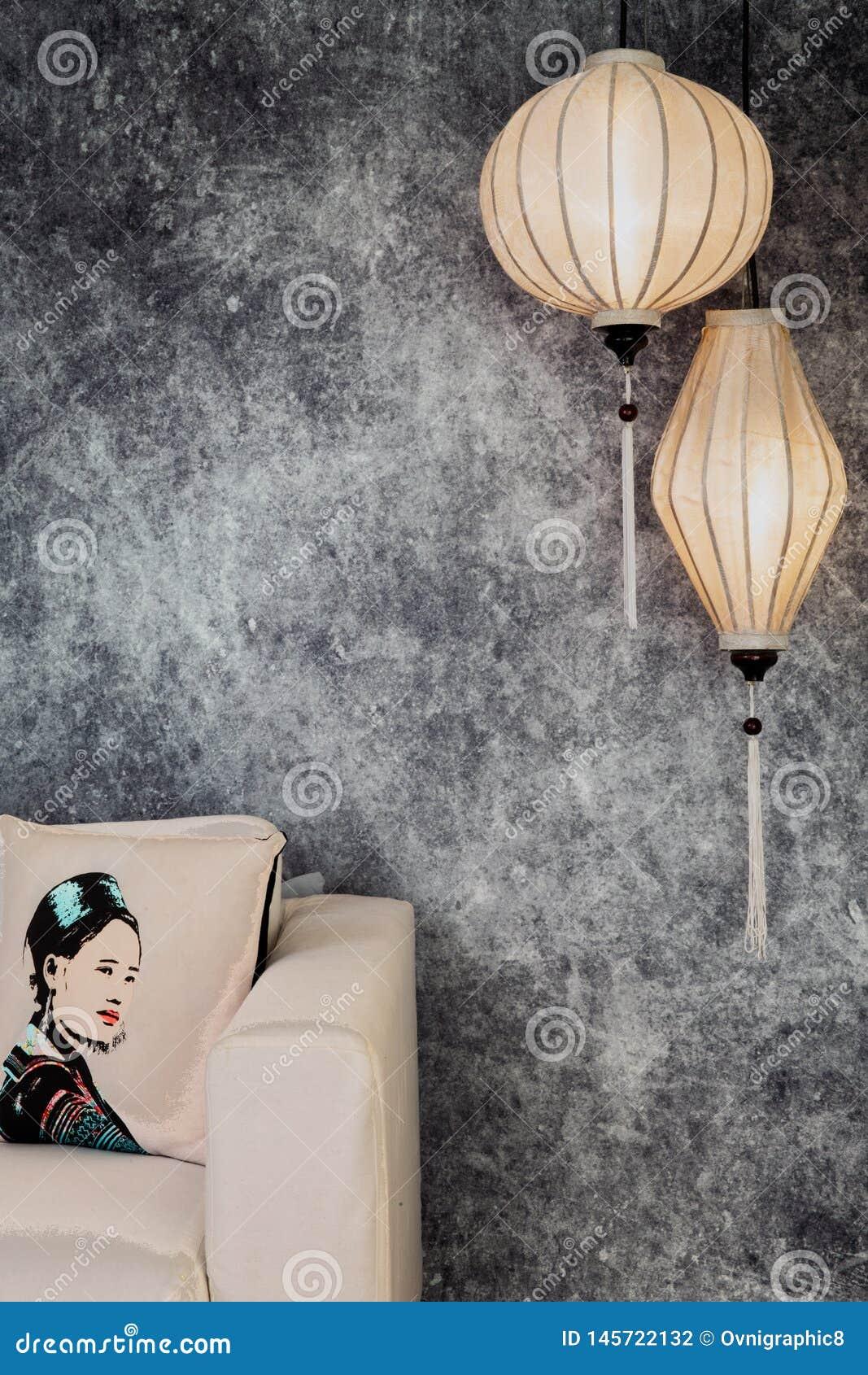 Vietnamesische oder chinesische weiße Laternen, spheric und oval, über konkretem Hintergrund des Weinleseschmutzes mit Sofa und v