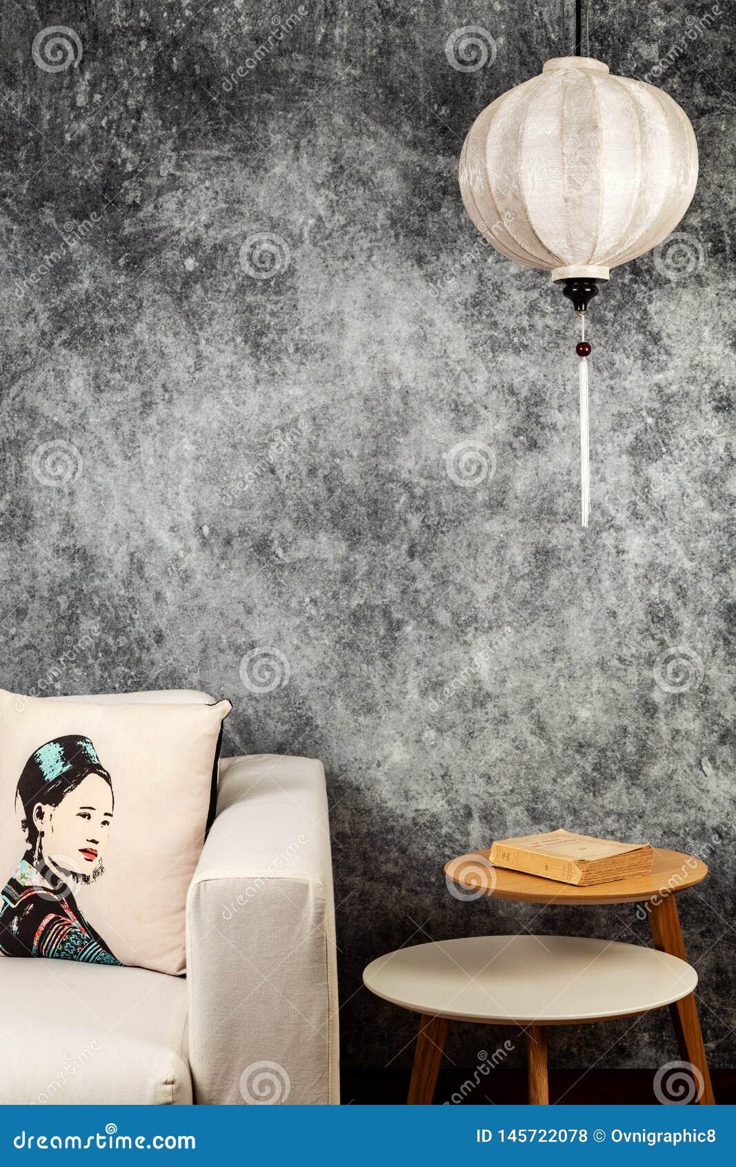 Vietnamesische oder chinesische wei?e Laterne, ?ber konkretem Hintergrund des Weinleseschmutzes mit Sofa und vietnamesischem Wein