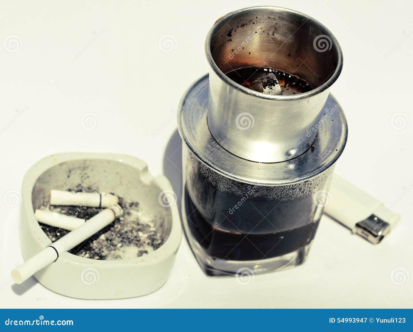 Vietnamesisk cofe och cigarett med askfatet