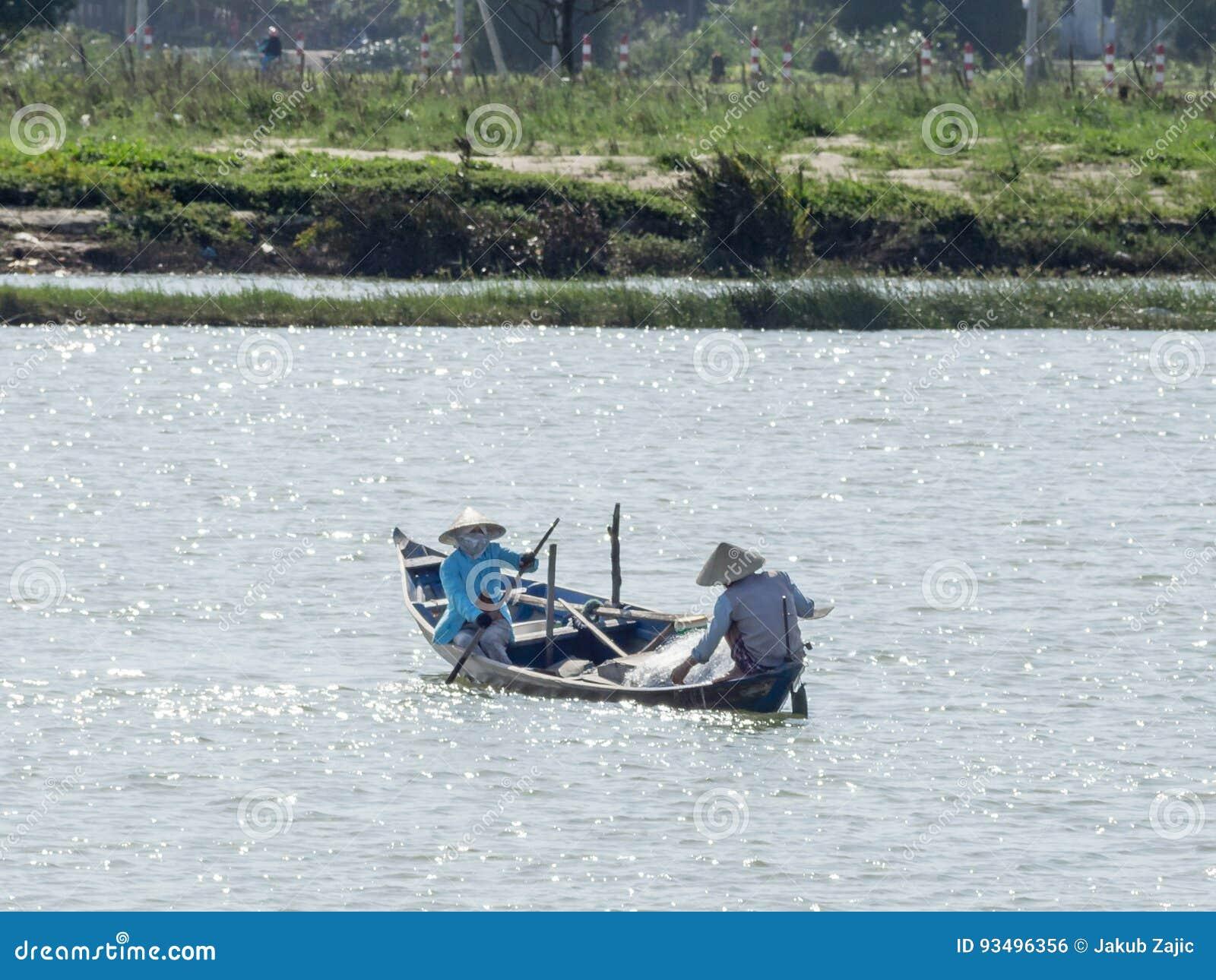 Vietnamesiska fiskare på ett fartyg som fångar fisken, Mekong River deltaområde