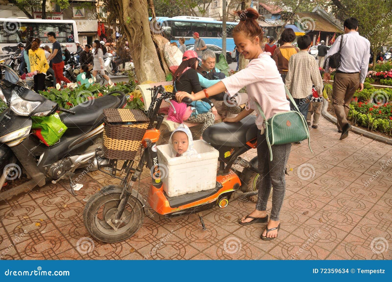 Vietnamesiskt barn i en ask