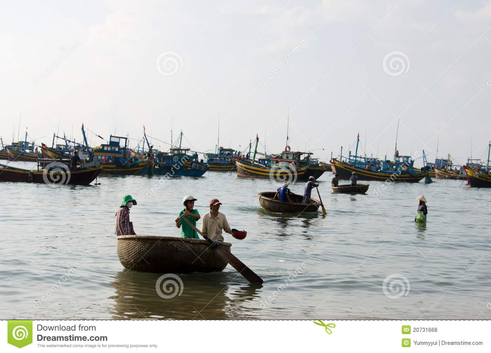 Vietnamita con la barca del cestino