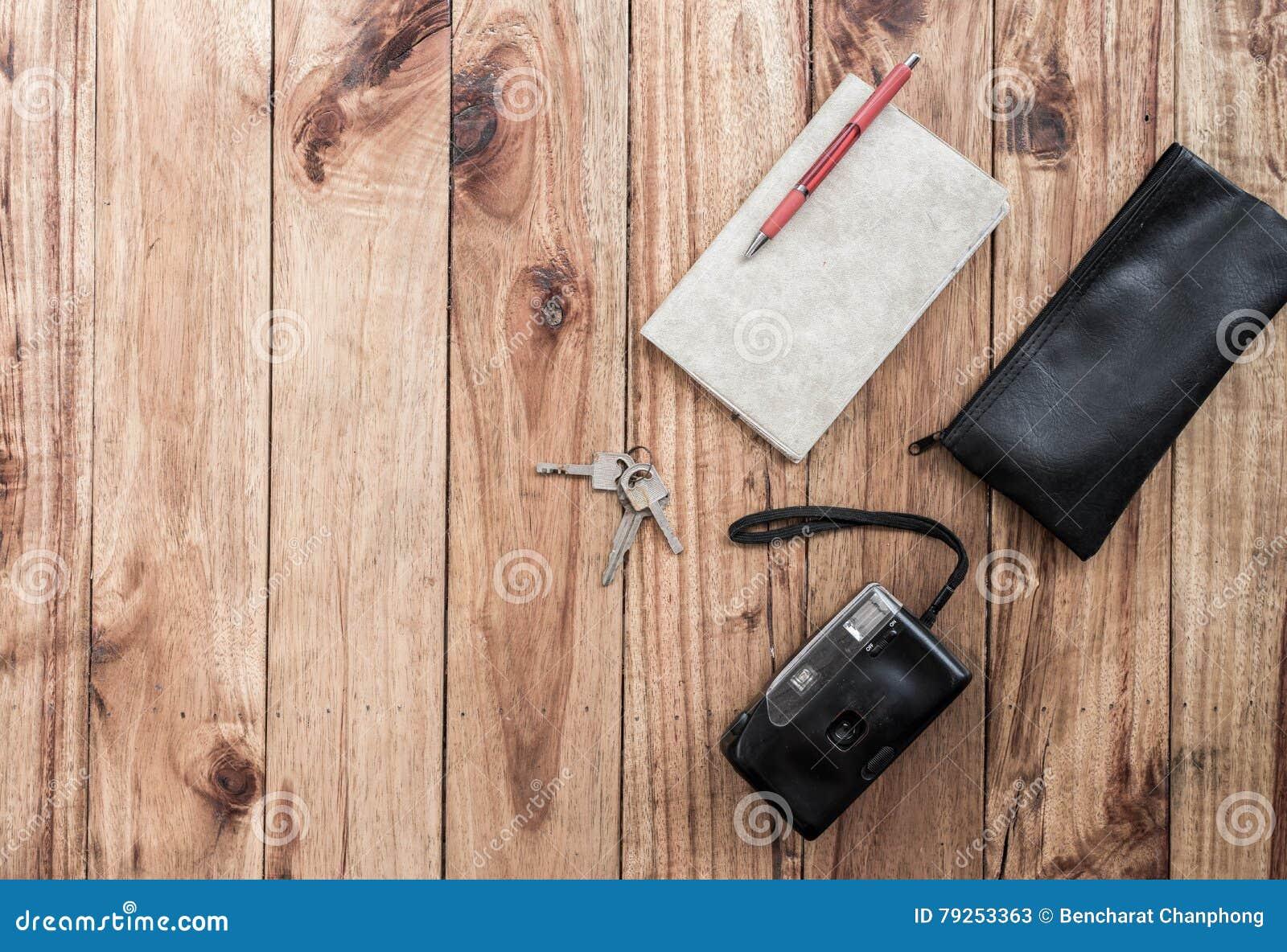 Vieux appareil photo et livre sur le bureau en bois voyage visite