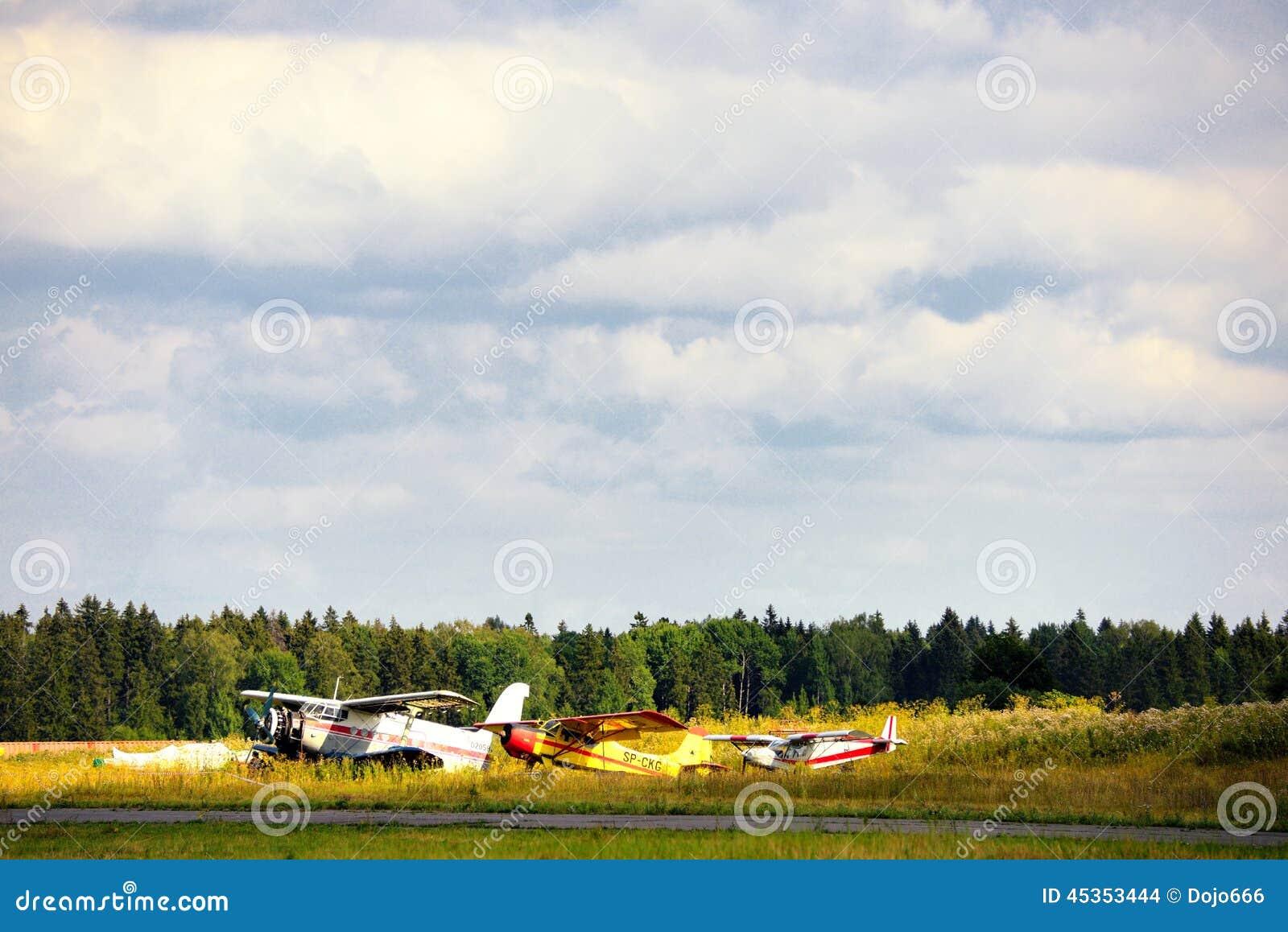 Vieux avions russes sur l herbe verte