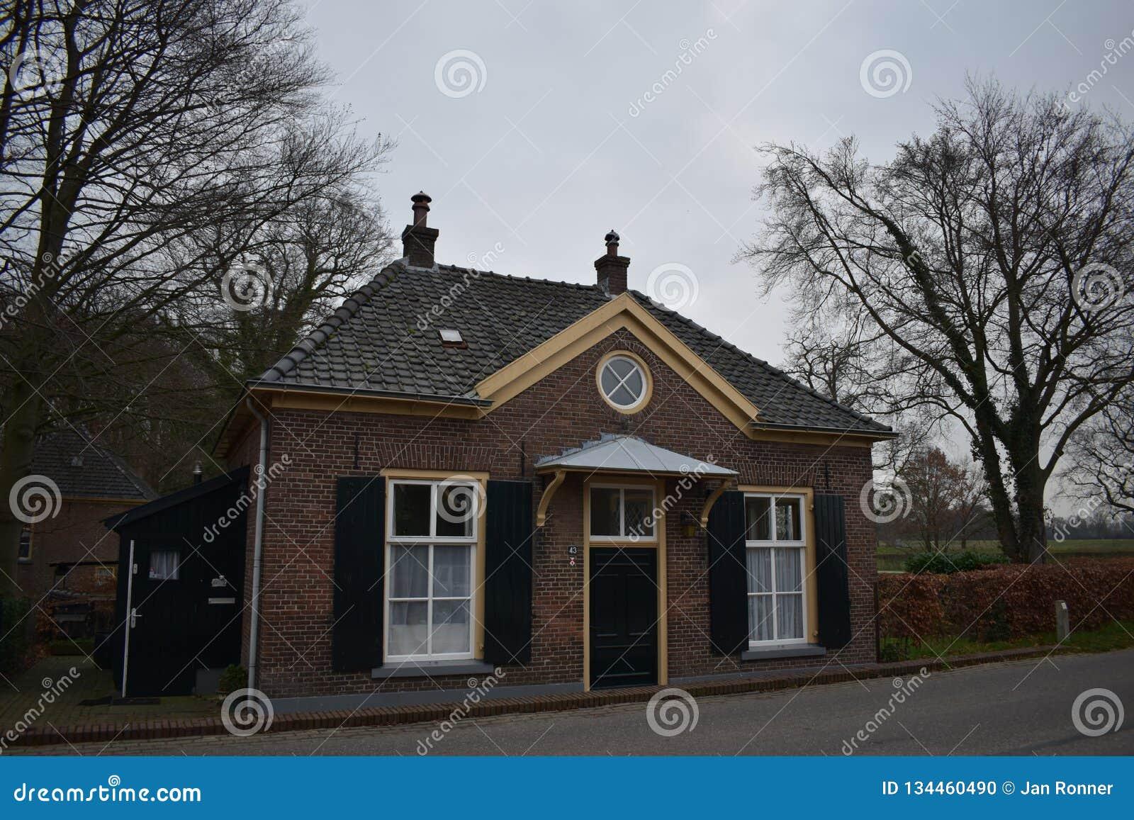 Vieux bâtiment néerlandais dans le petit village