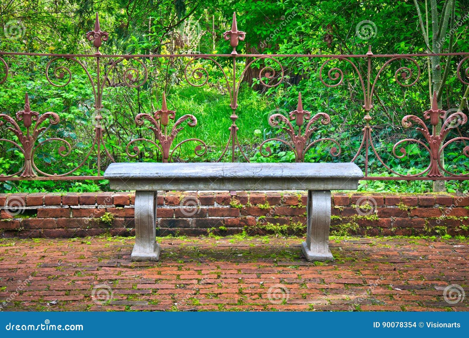 Vieux Banc Dans Le Jardin Anglais Formel Avec La Barrière Fleurie De