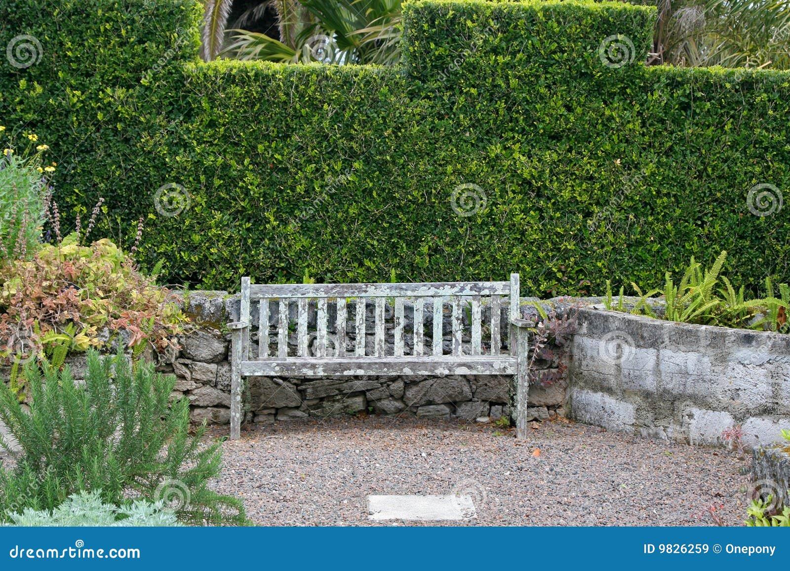 Vieux banc de jardin images libres de droits image 9826259 for Plan de banc de jardin