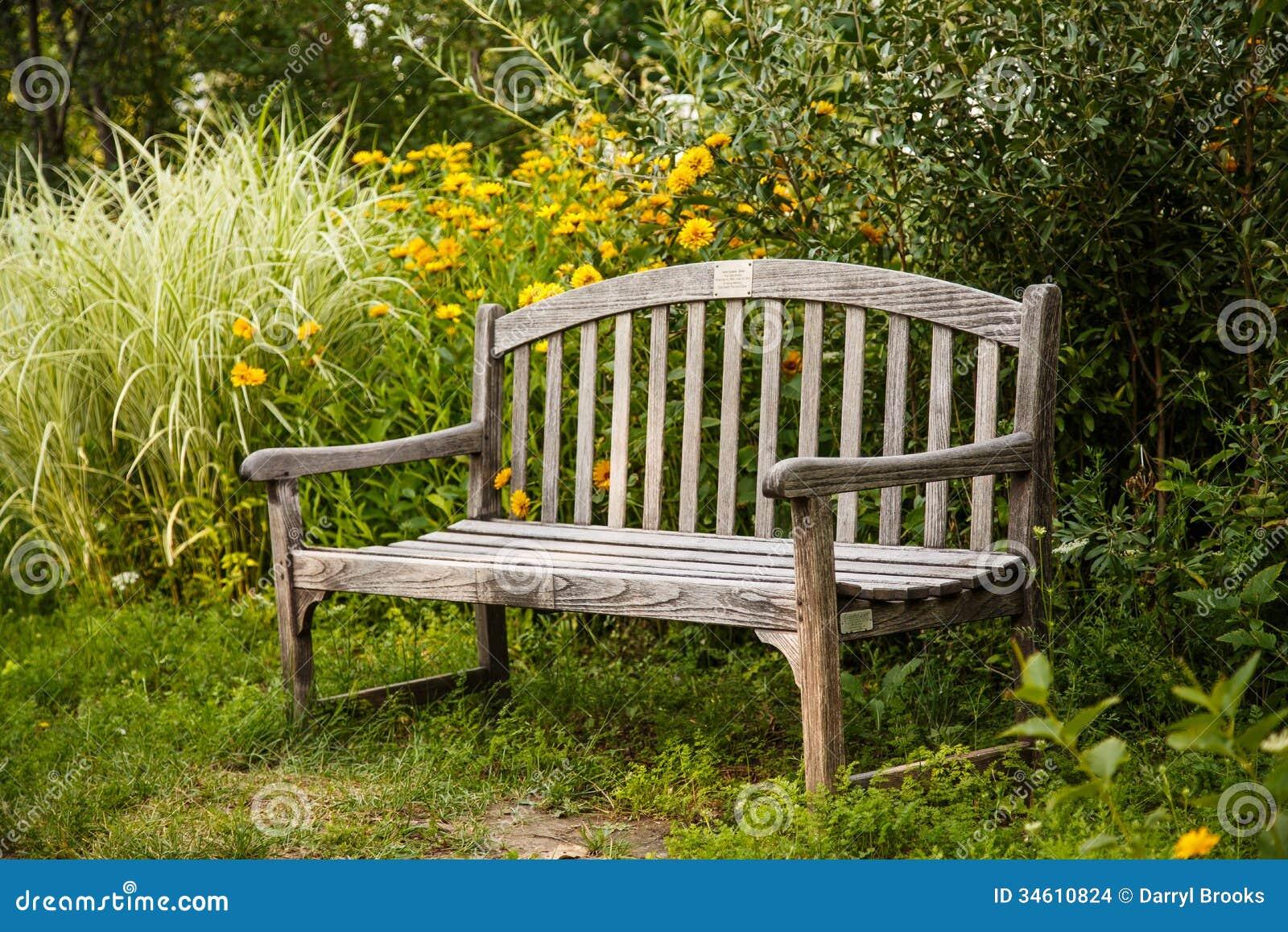 Vieux banc en bois dans le jardin images stock image for Banc en bois jardin