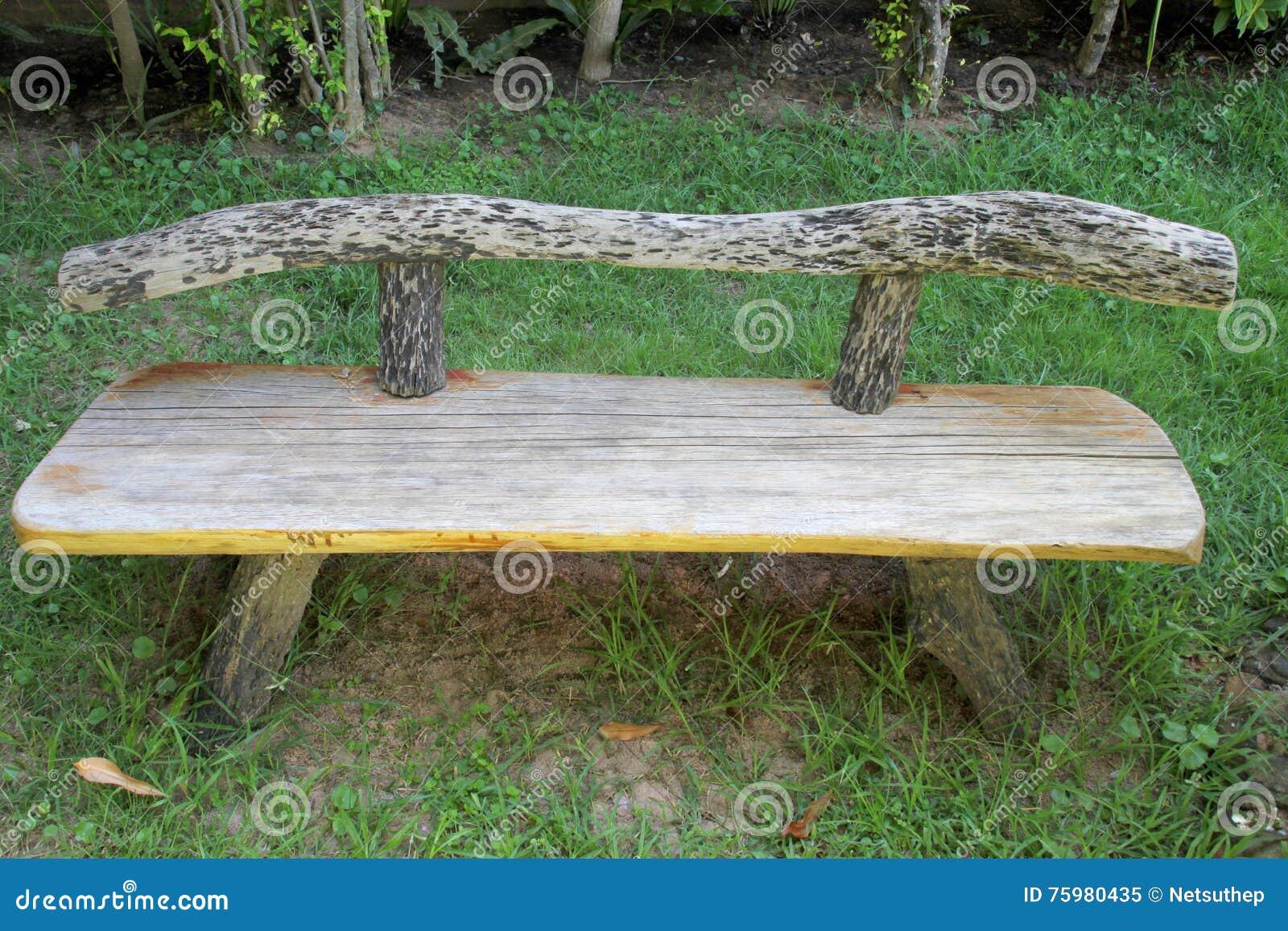 Vieux Banc De Jardin vieux banc en bois dans le jardin image stock - image du